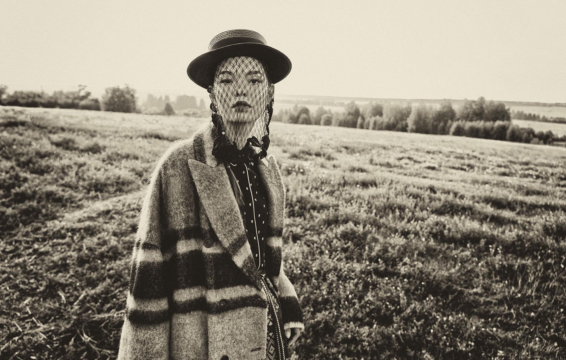 Модные наряды в деревенских интерьерах / фото 19