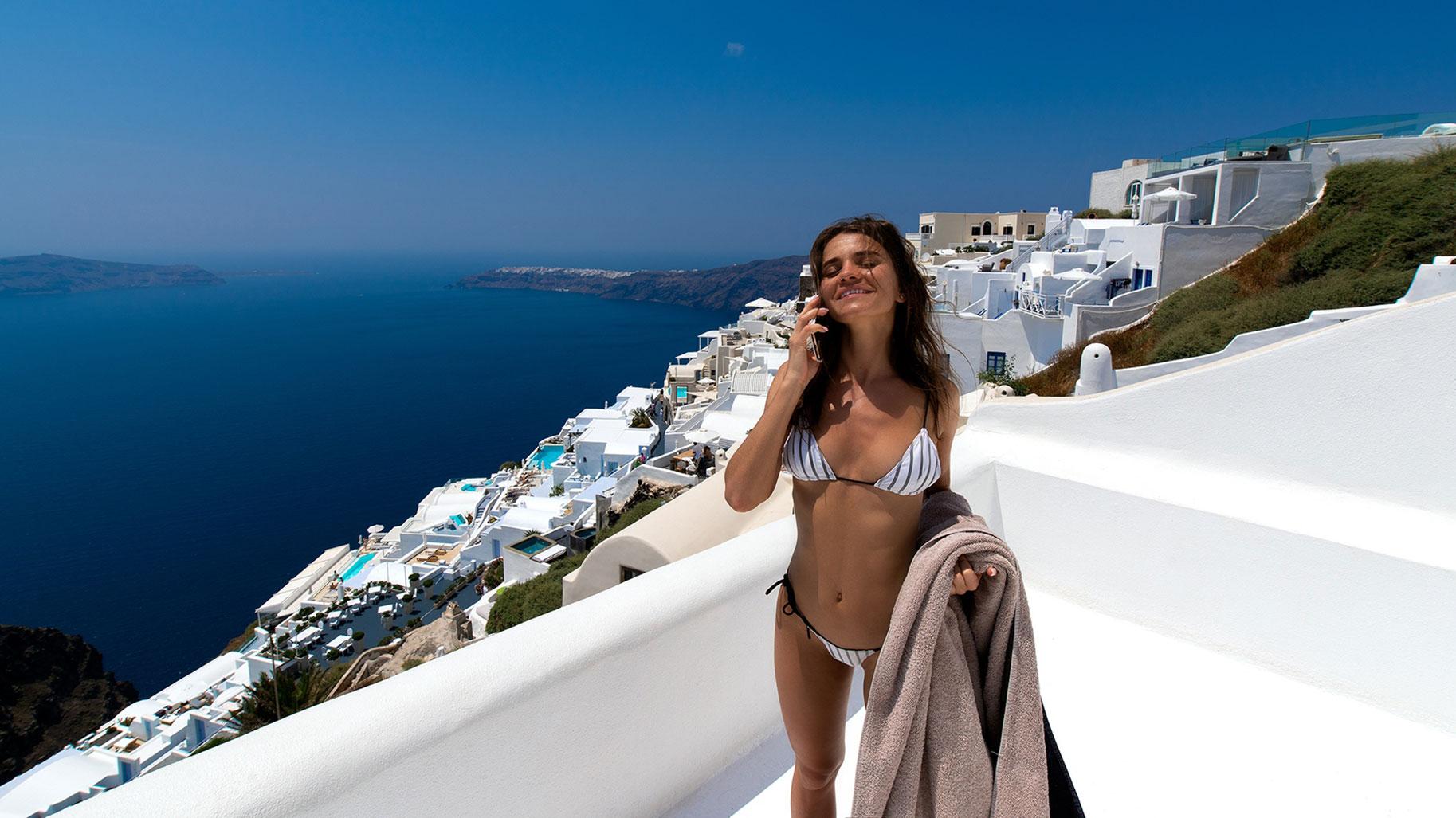 голая Кристина Макарова в бассейне над островом Санторини / фото 02