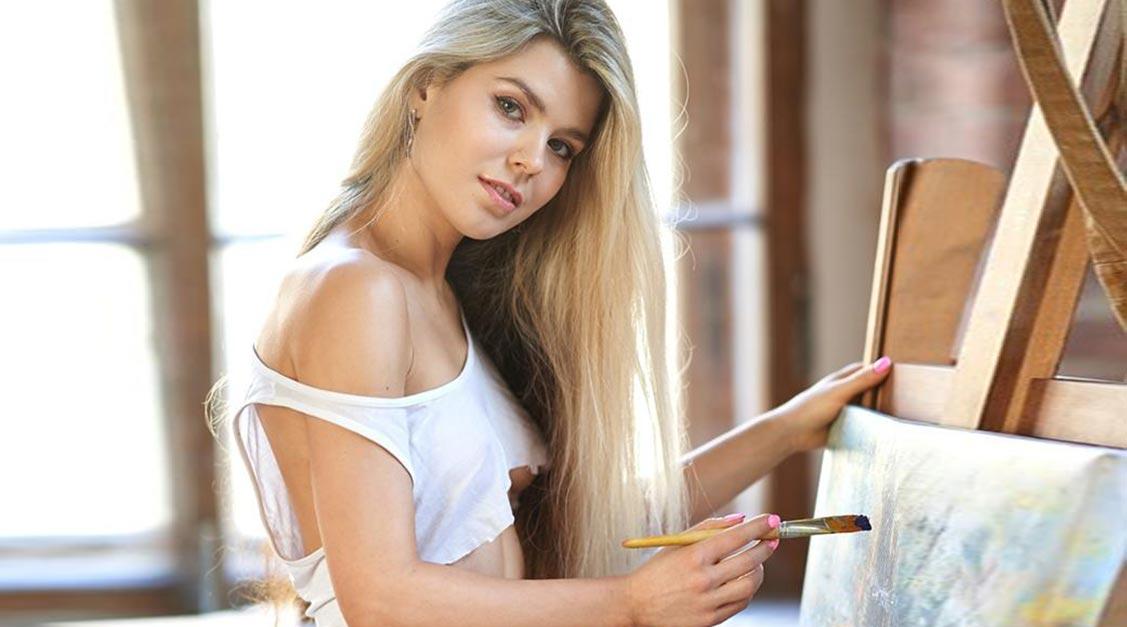 Мария Машина учится рисовать