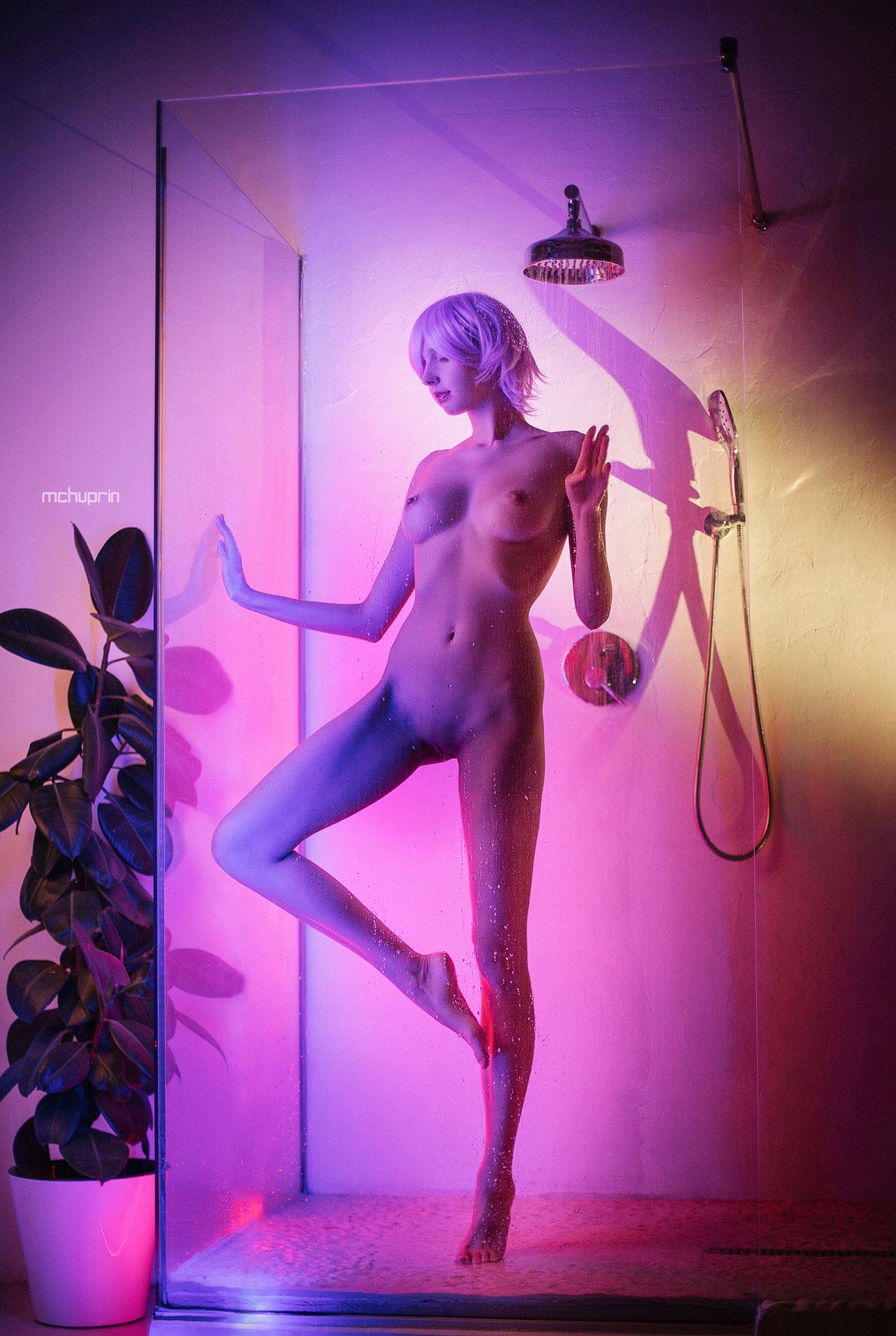 Катерина Райх принимает душ в пурпурных тонах / фото 02