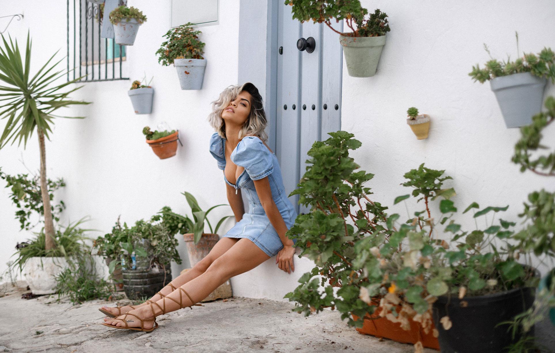 Алессандра Сирони гуляет по старому испанскому городу / фото 01