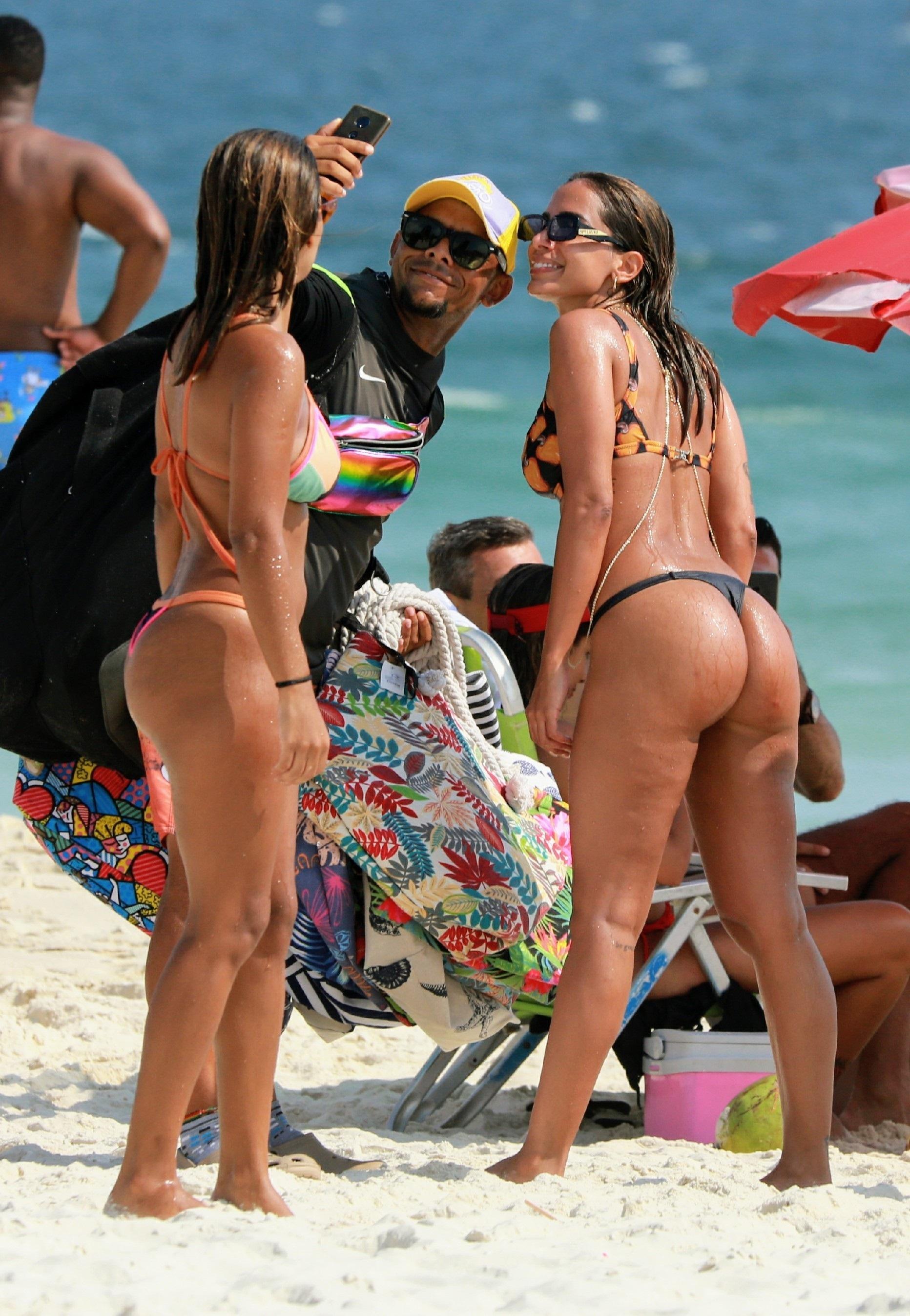 Anitta de biquini fio dental na praia