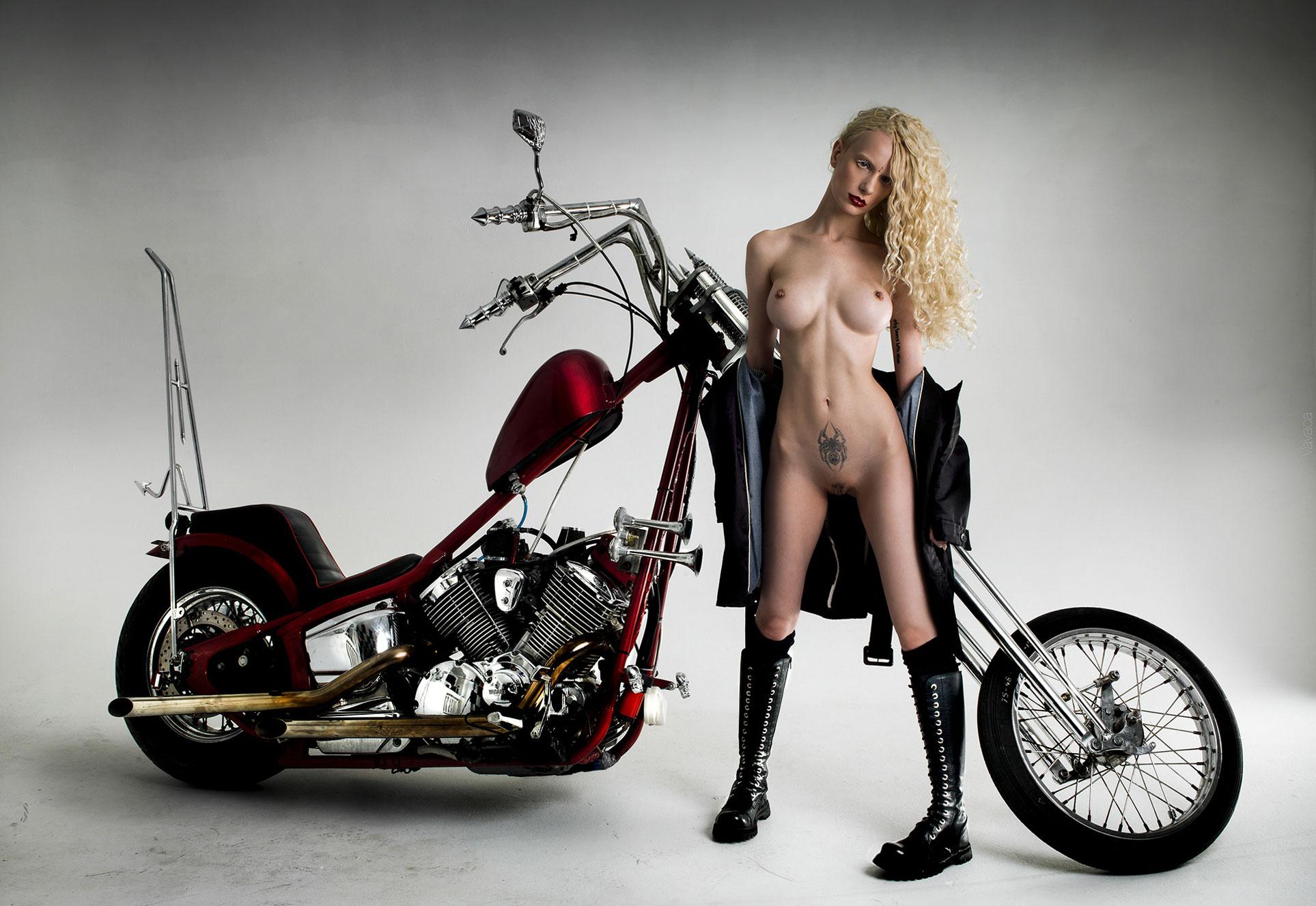 Мотоциклист и модель Алиса Лисс / Alisa Liss nude by Vladimir Nikolaev