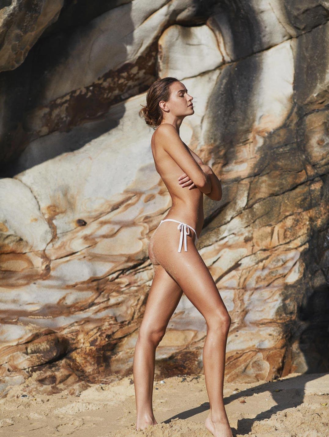 Девушка развлекается на пляже / фото 26