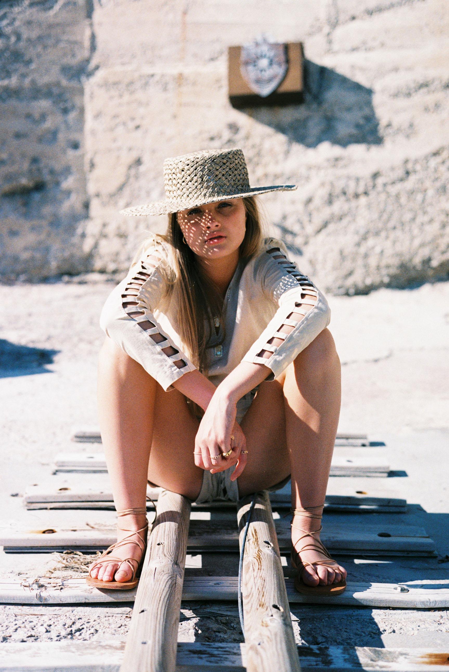 Бритни ван дер Стин в пляжной одежде модного бренда Rada Bryant, весна-лето 2020 / фото 02