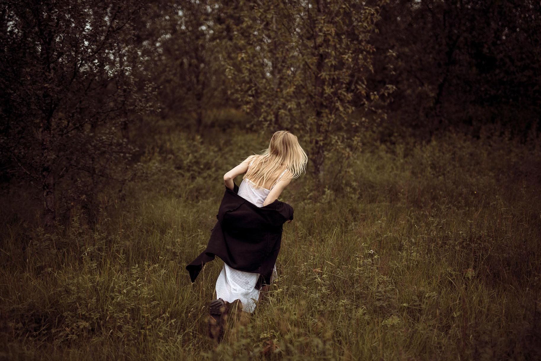 Яна Нагорняк гуляет по лесам и полям Исландии / фото 19