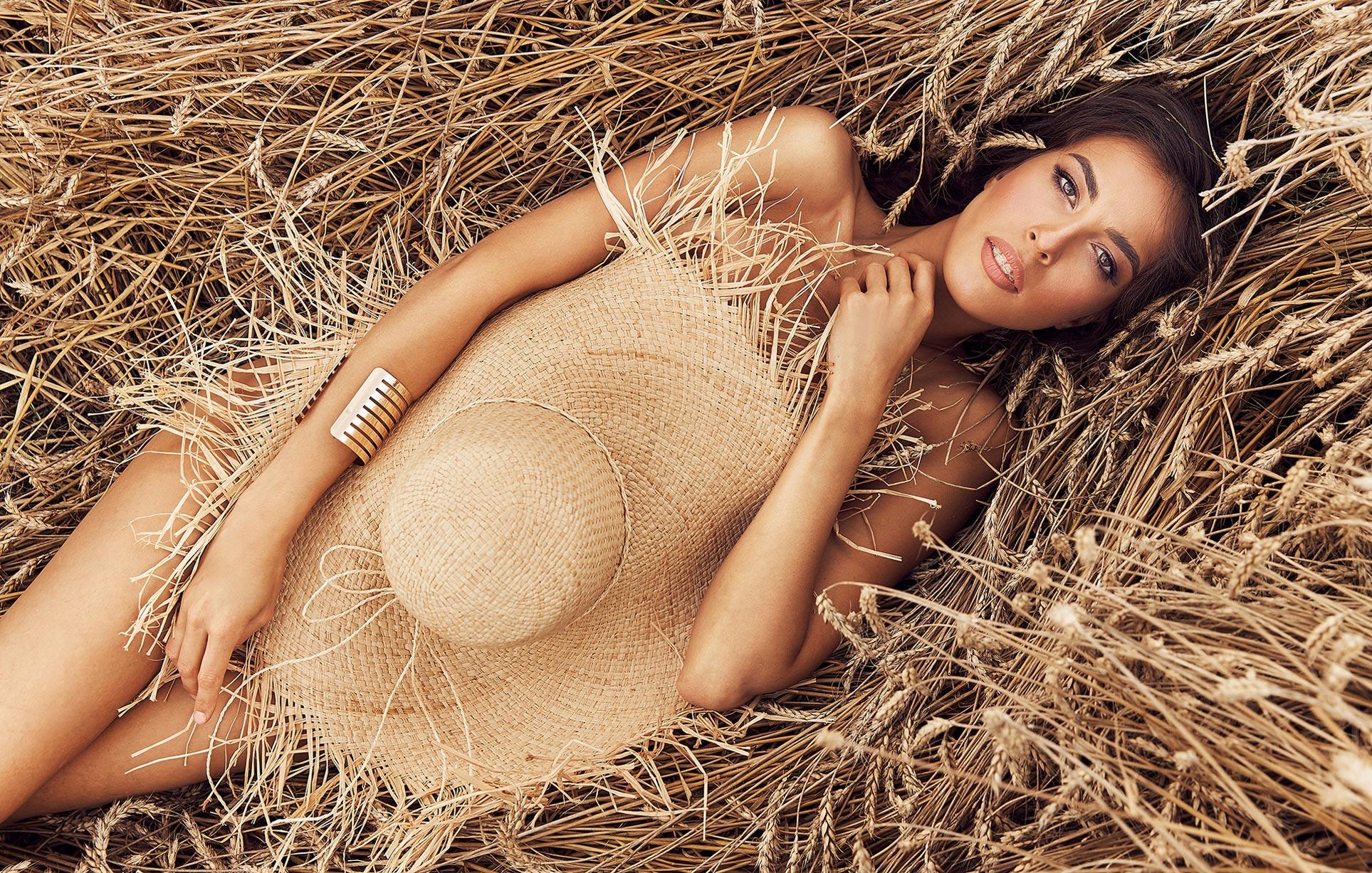 Красивая сексуальная девушка в пшеничном поле / фото 01