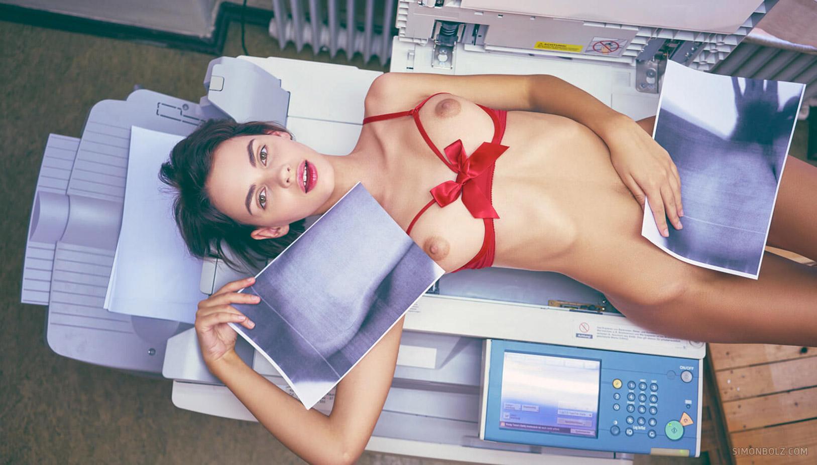 голая Наташа Удовенко лежит на ксероксе в немецком офисе / фото 07