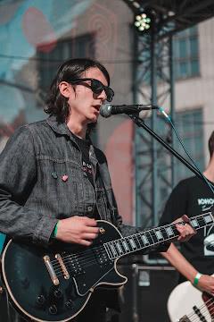 Поющий гитарист