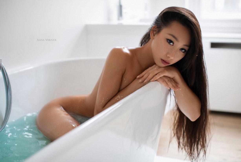 голая азиатская девушка в ванной / фото 01