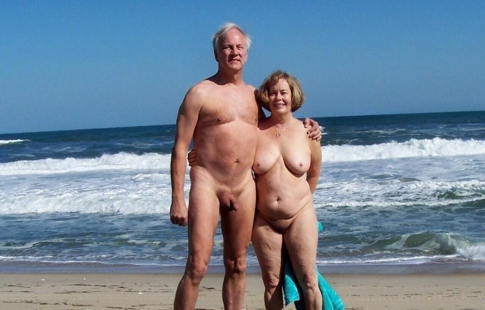 Mature couples copulating-6408