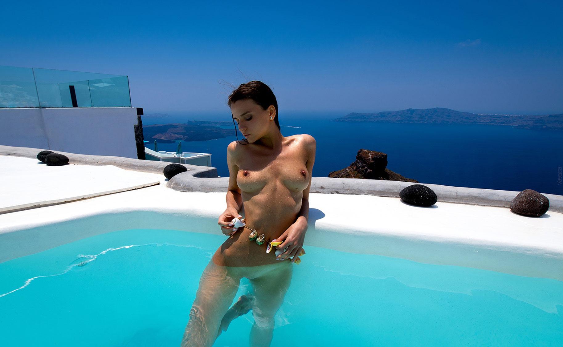 голая Кристина Макарова в бассейне над островом Санторини / фото 16