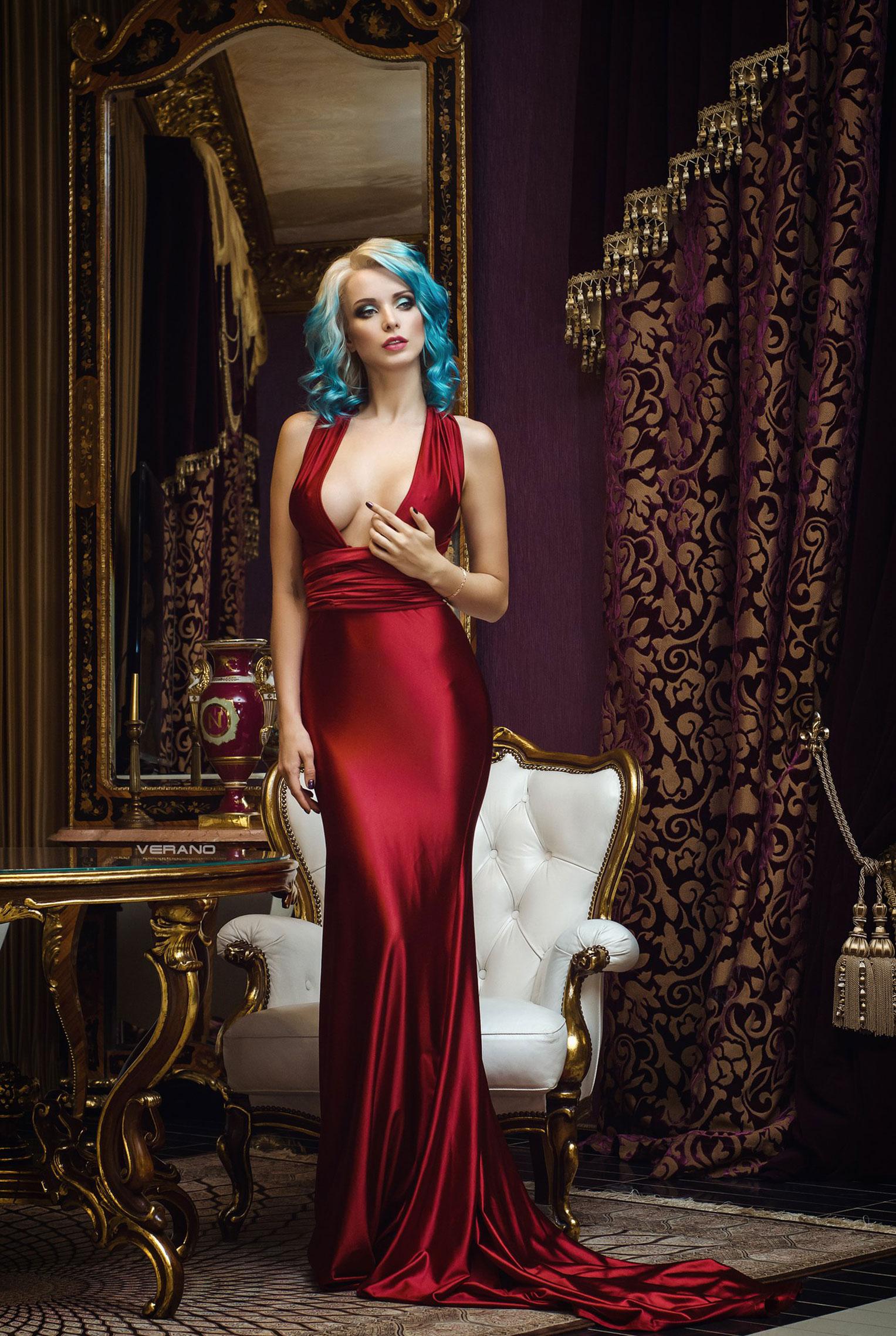 синеволосая Екатерина Енокаева в красном платье с белой собачкой / фото 02
