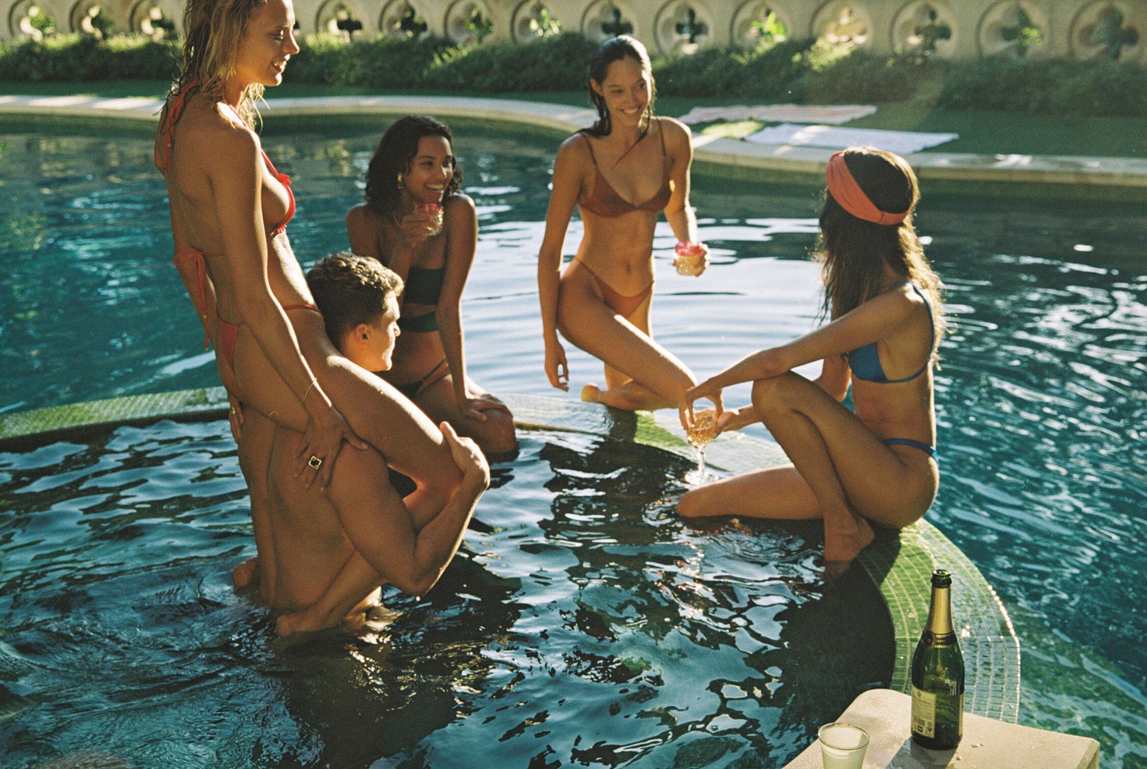 гедонистические развлечения богемы в рекламной кампании коллекции курортной одежды Sommer Swim 2020 / фото 29