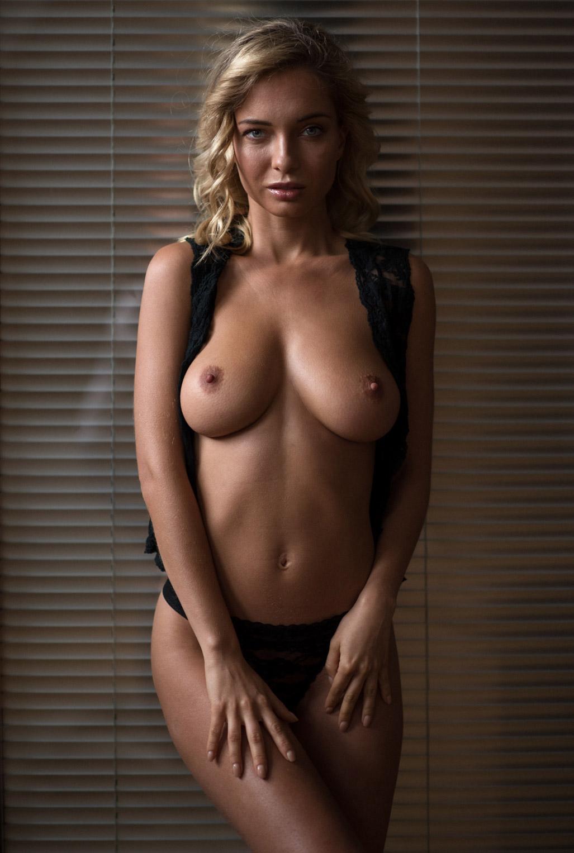 Сексуальная Наталья Андреева голая позирует в немецком Penthouse Loft Studio / фото 07