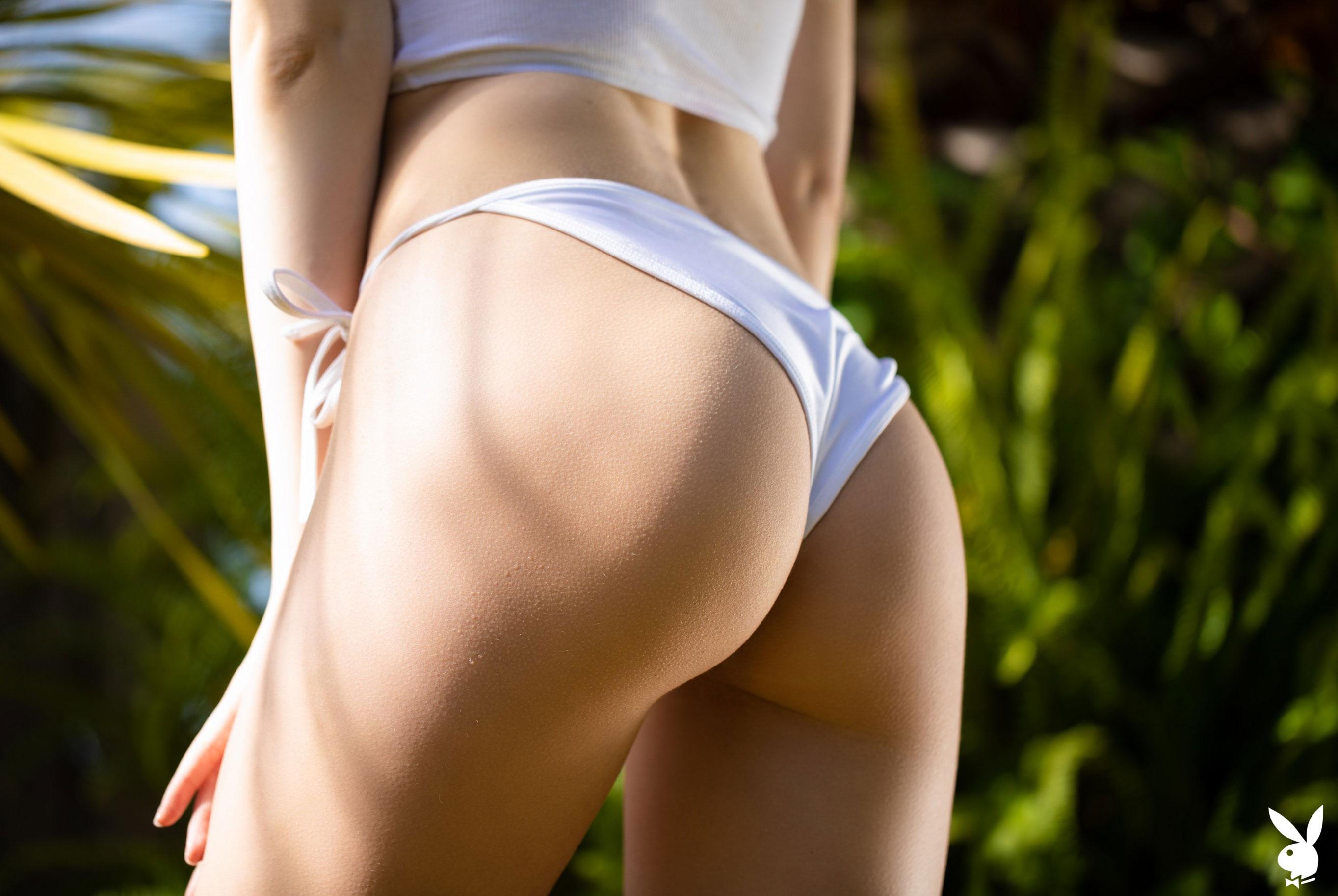 Сексуальная и голая Моника Васп в окружении тропических растений / фото 05
