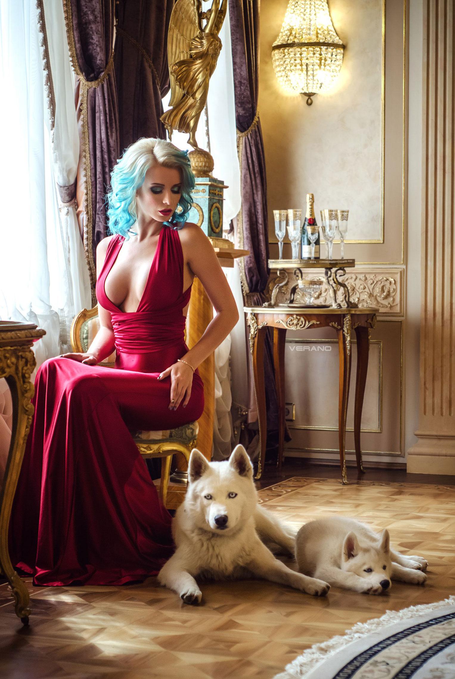 синеволосая Екатерина Енокаева в красном платье с белой собачкой / фото 03