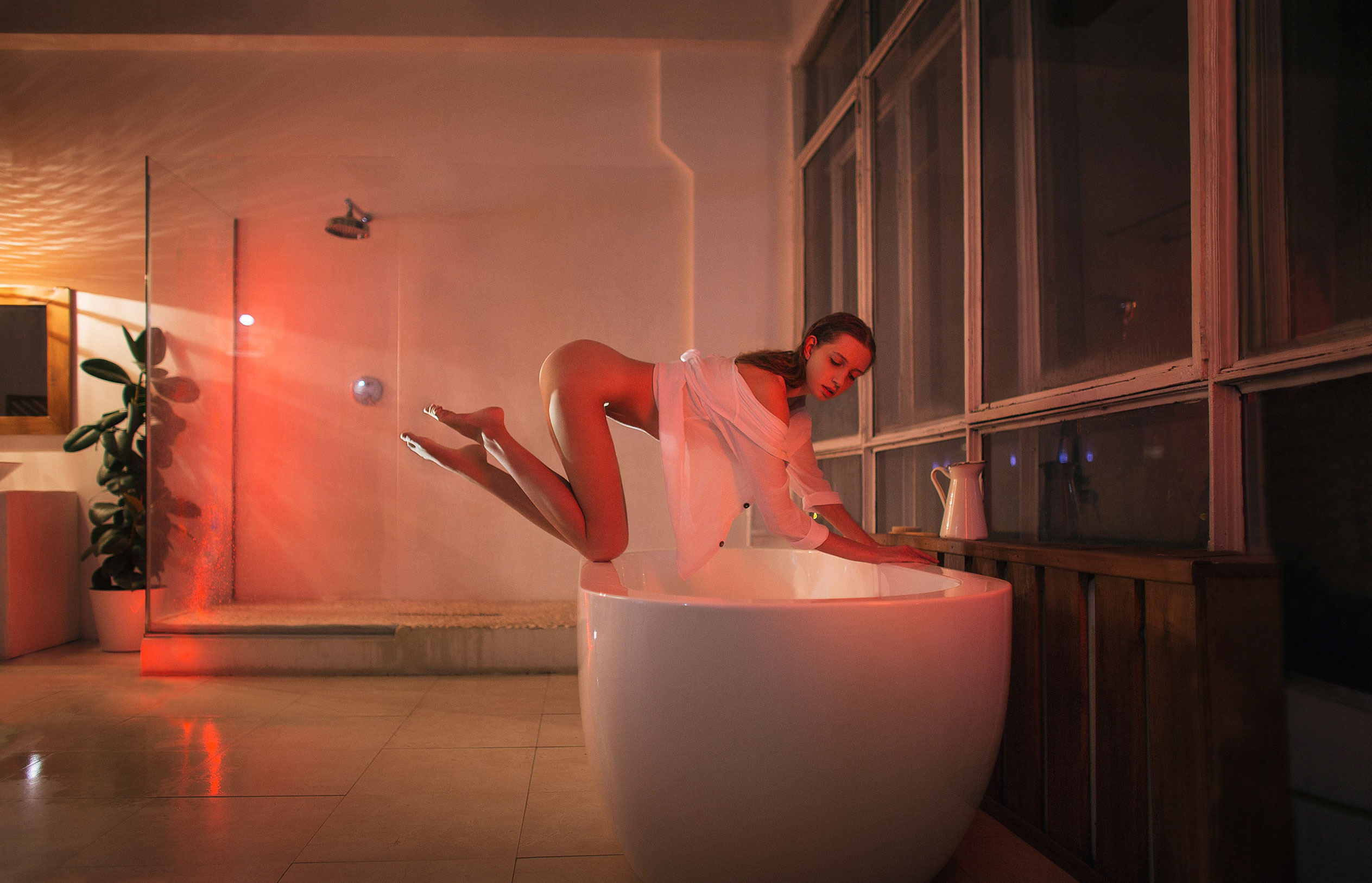Катерина Райх принимает душ, под светом красных ламп / фото 01