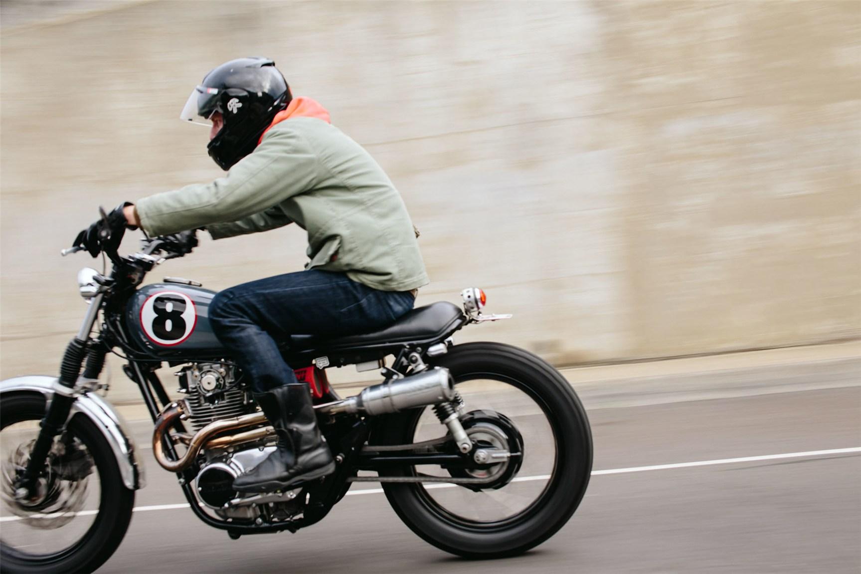 в дороге на мотоцикле