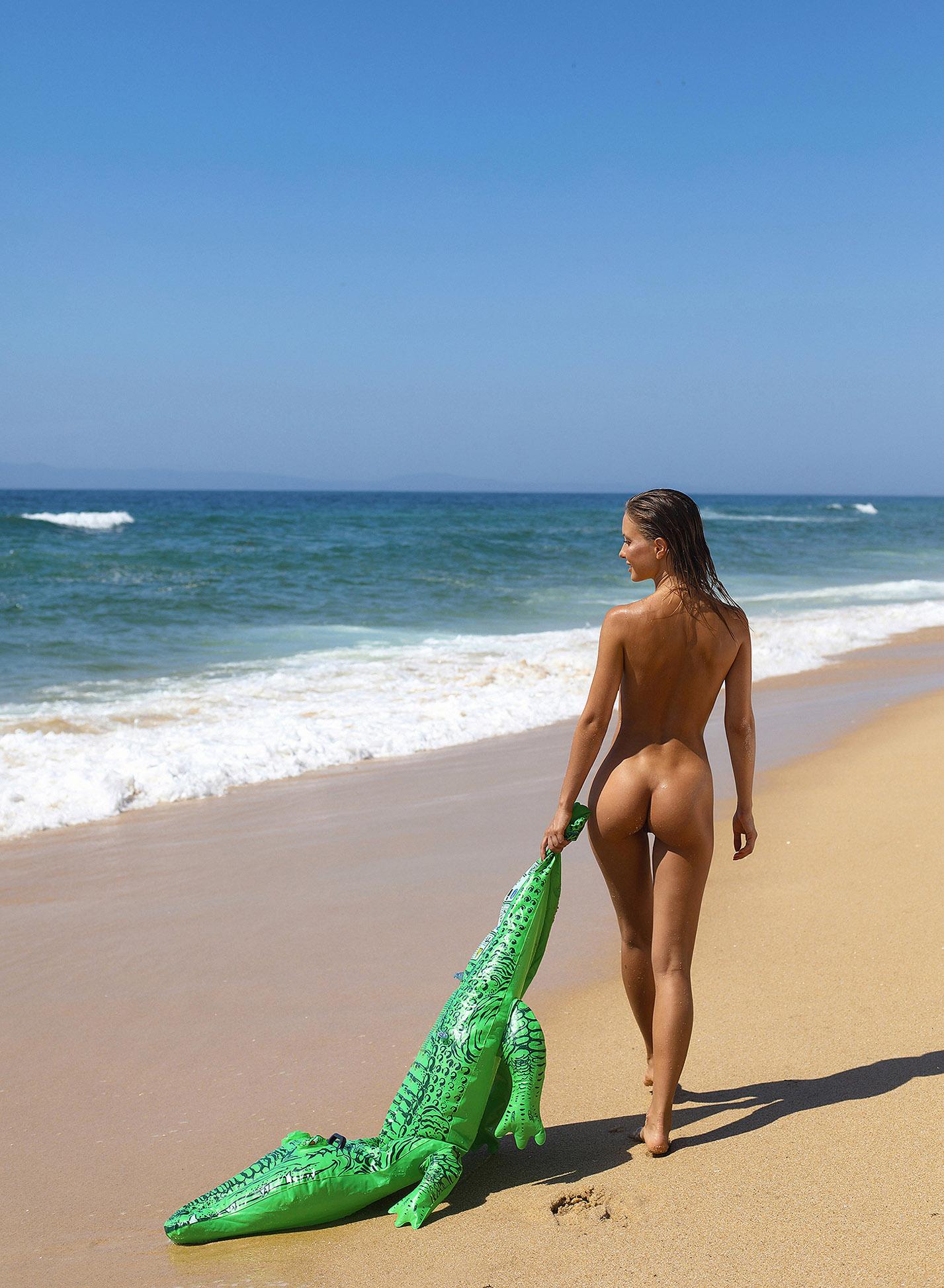 Сексуальная голая Наталья Андреева под жарким солнцем на диком пляже в Португалии / фото 18