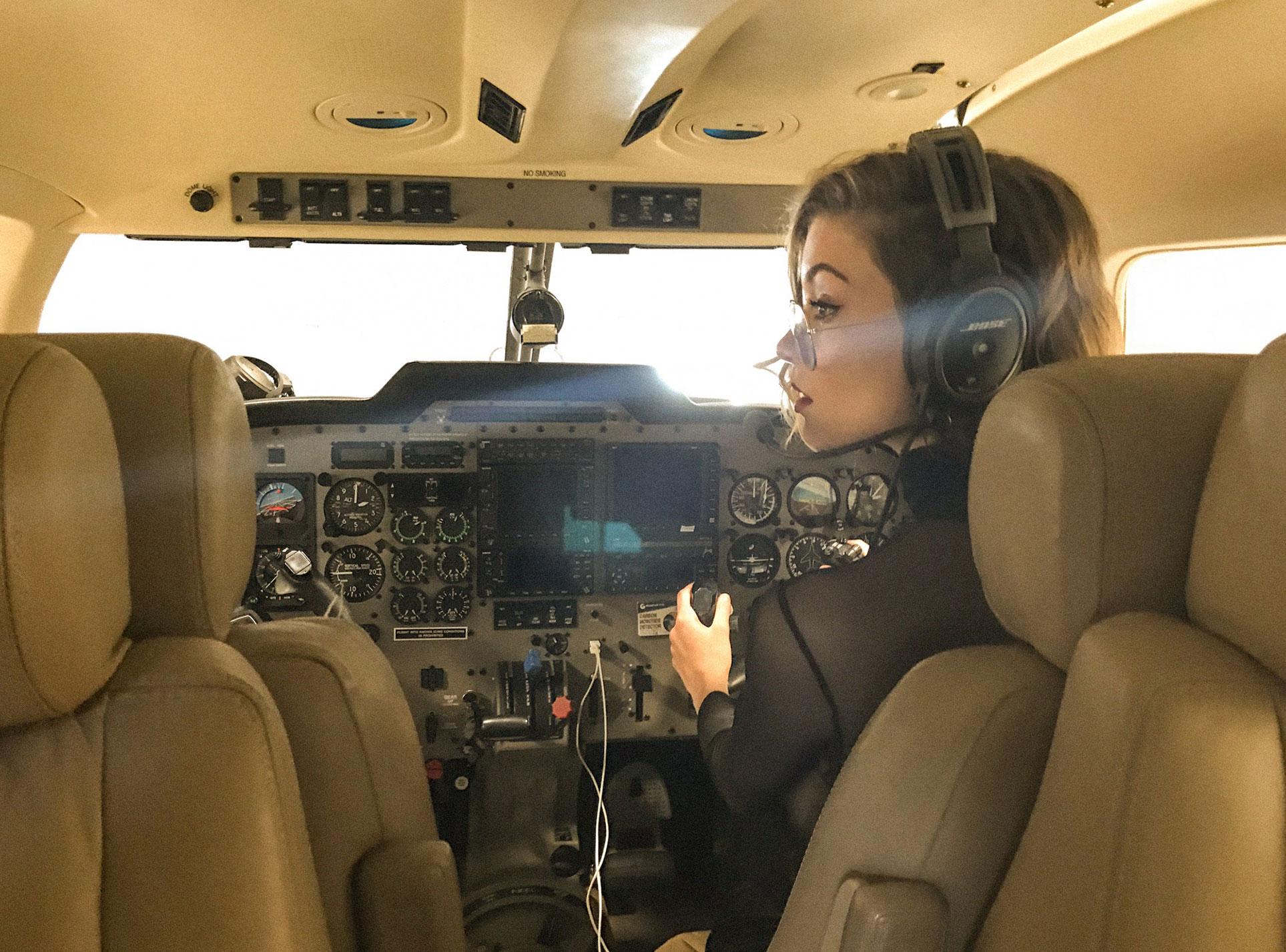 сексуальная угонщица самолета Анна-Лиза / фото 10