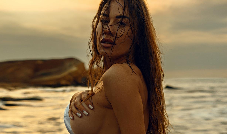 Утро на пляже с сексуальной полуголой красавицей