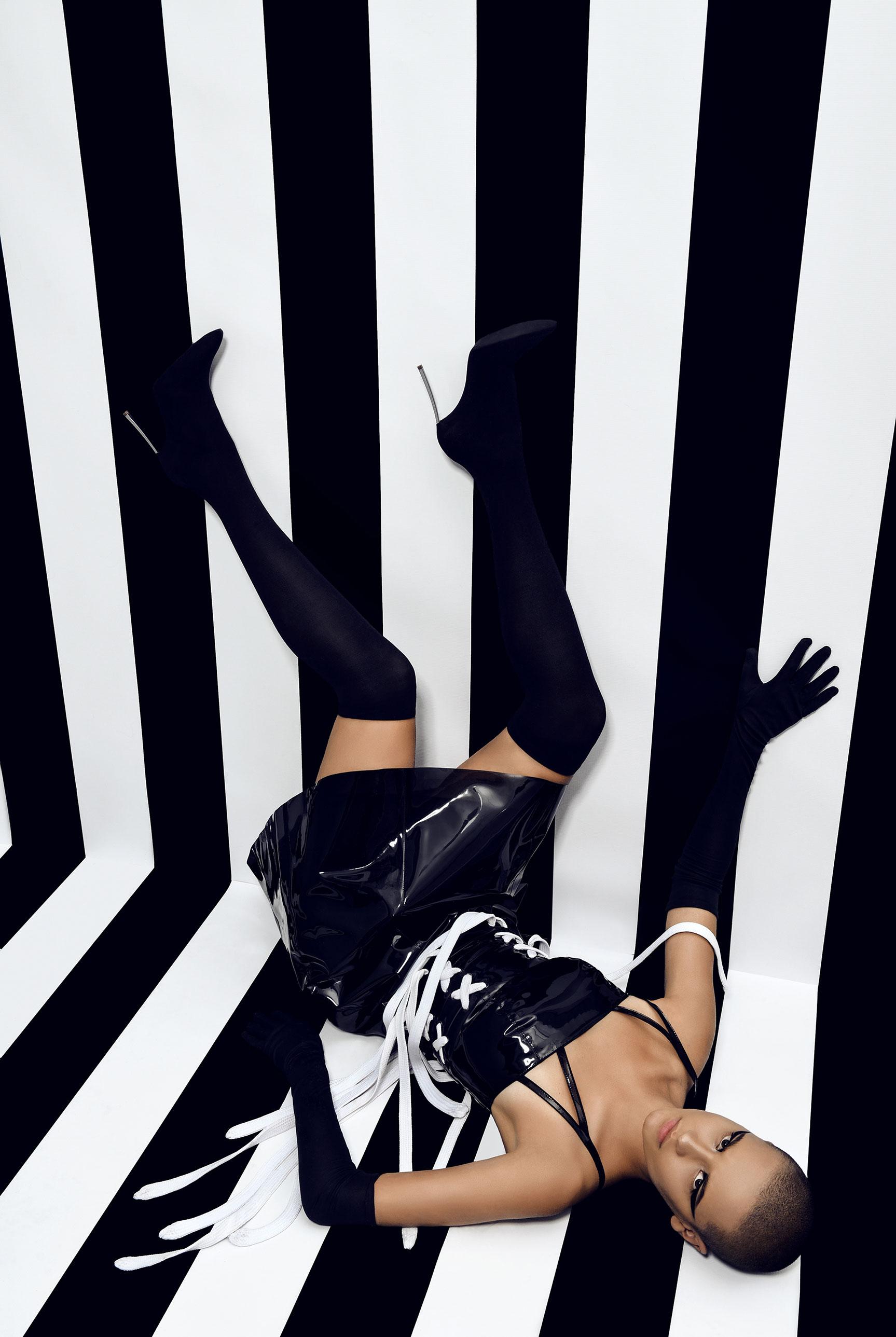 Лиза Сотникова в модной одежде в полосочку / фото 06
