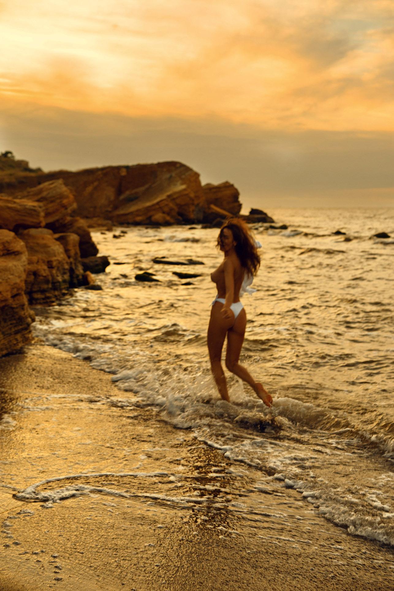Утро на пляже с сексуальной полуголой красавицей / фото 08
