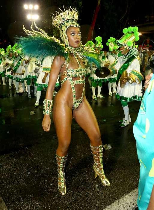 Iza semi nua no carnaval