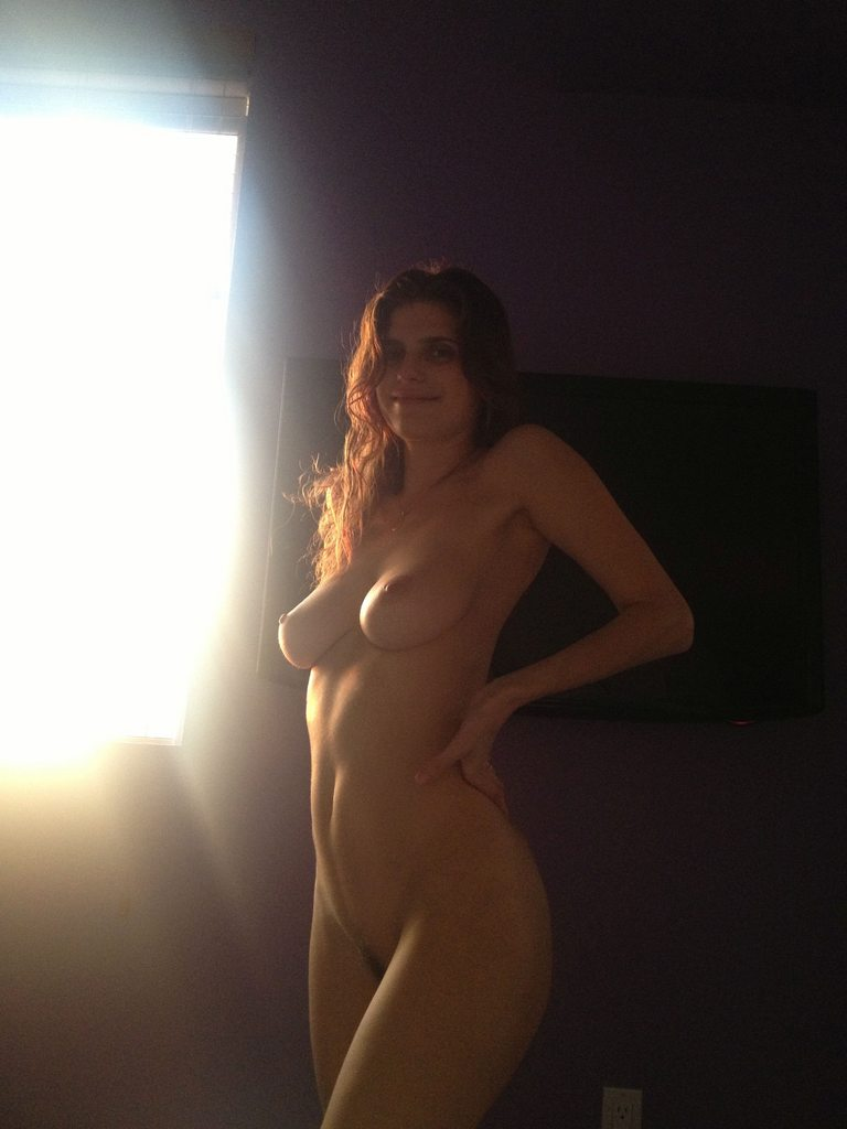 Lake Bell Nude & Boobs Leaked Photos
