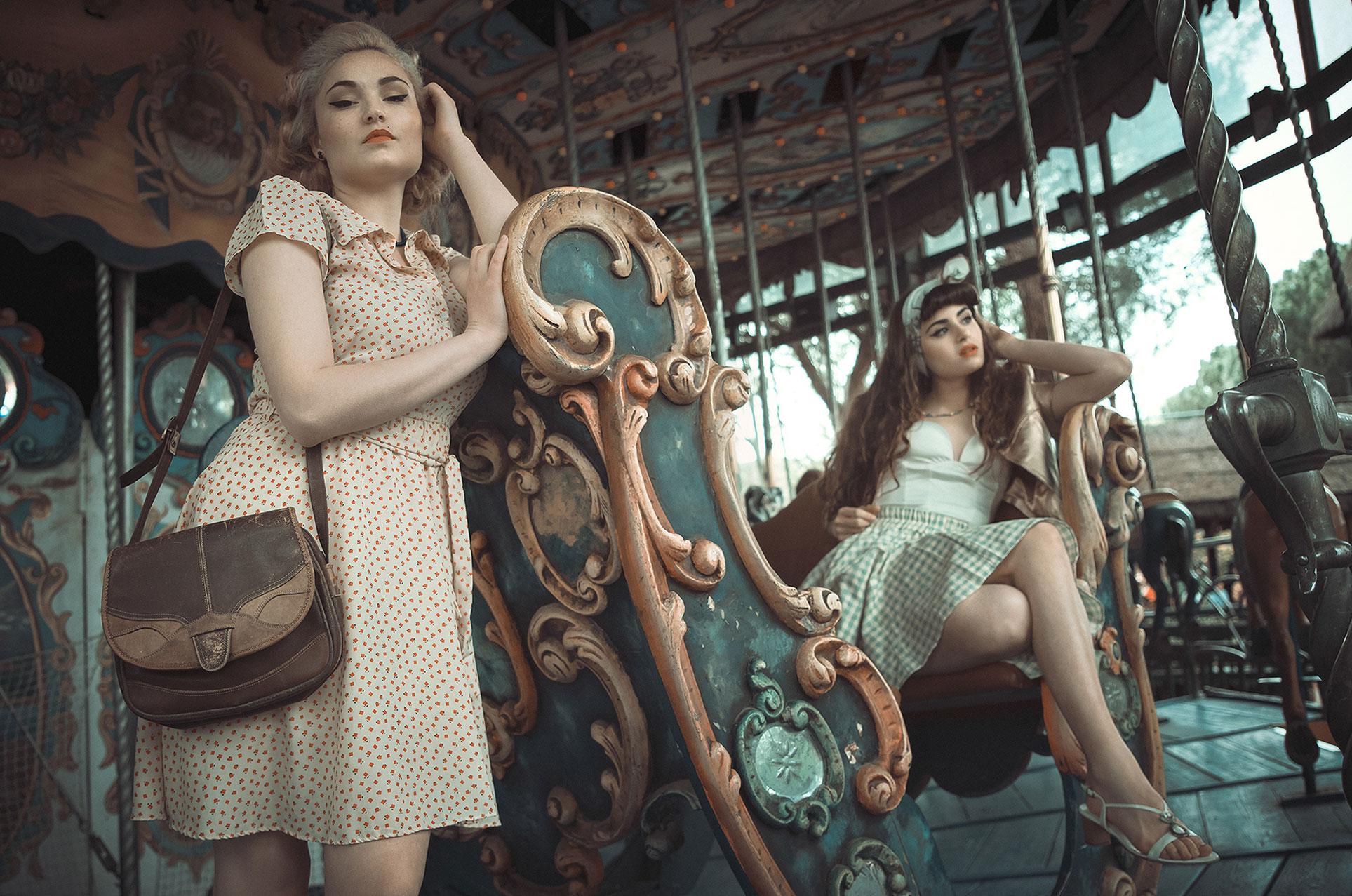 Девушки отдыхают в парке развлечений в стиле 1950-х годов / фото 01