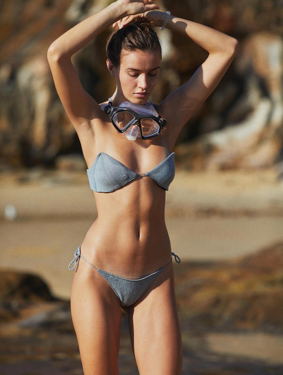 Девушка развлекается на пляже / фото 13