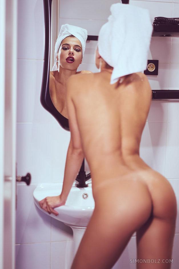 Эротическая модель Кьяра Бьянчино во время съемок в номере парижского отеля, 2017 год / Chiara Bianchino by Simon Bolz