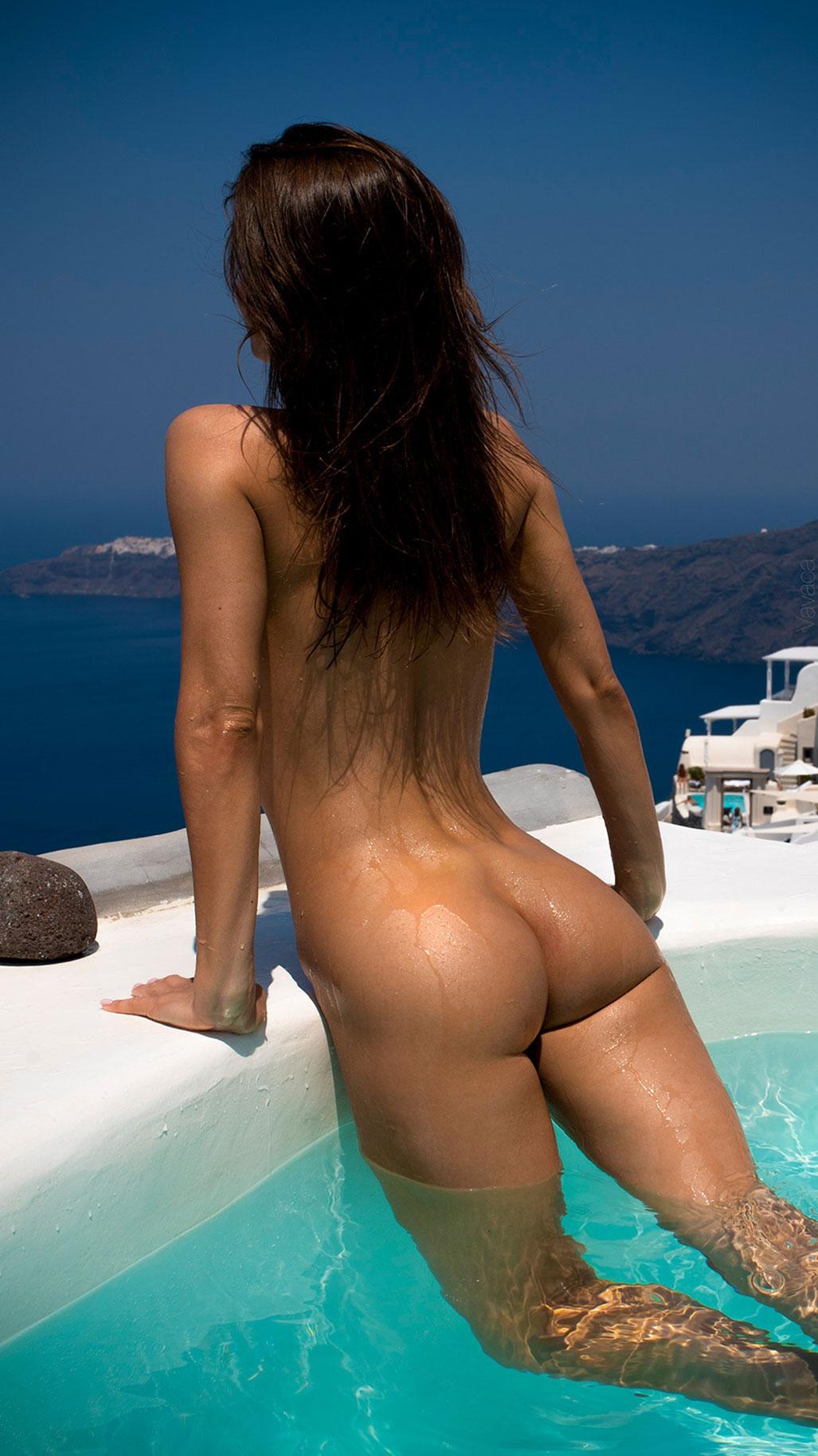 голая Кристина Макарова в бассейне над островом Санторини / фото 11
