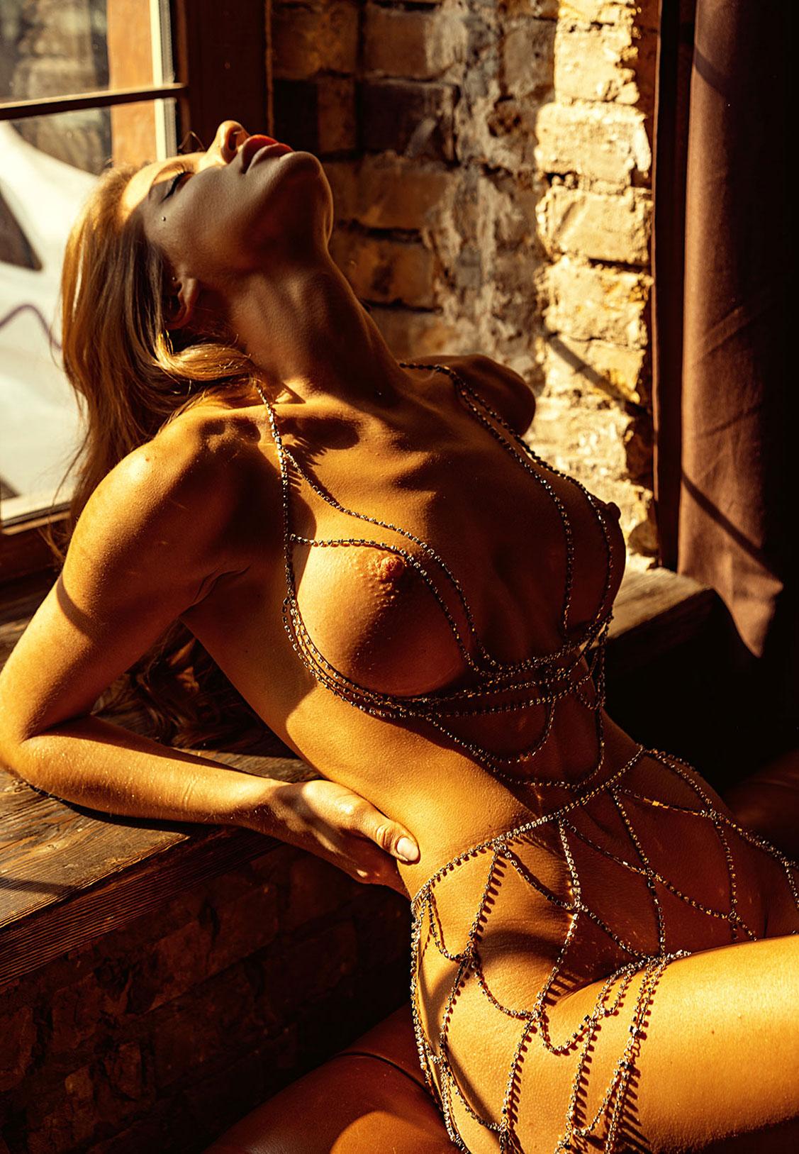 Сексуальная голая девушка в драгоценных цепях / фото 06
