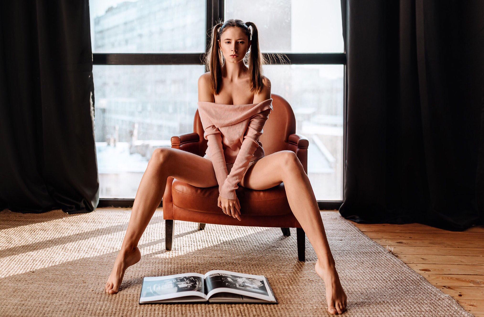 Соблазнительная Диана читает книгу / фото 01