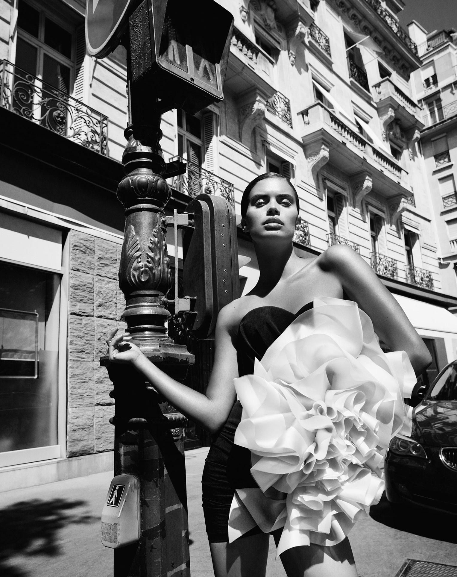 Сара Сампайо демонстрирует модные наряды на улицах и балконах Парижа / фото 13
