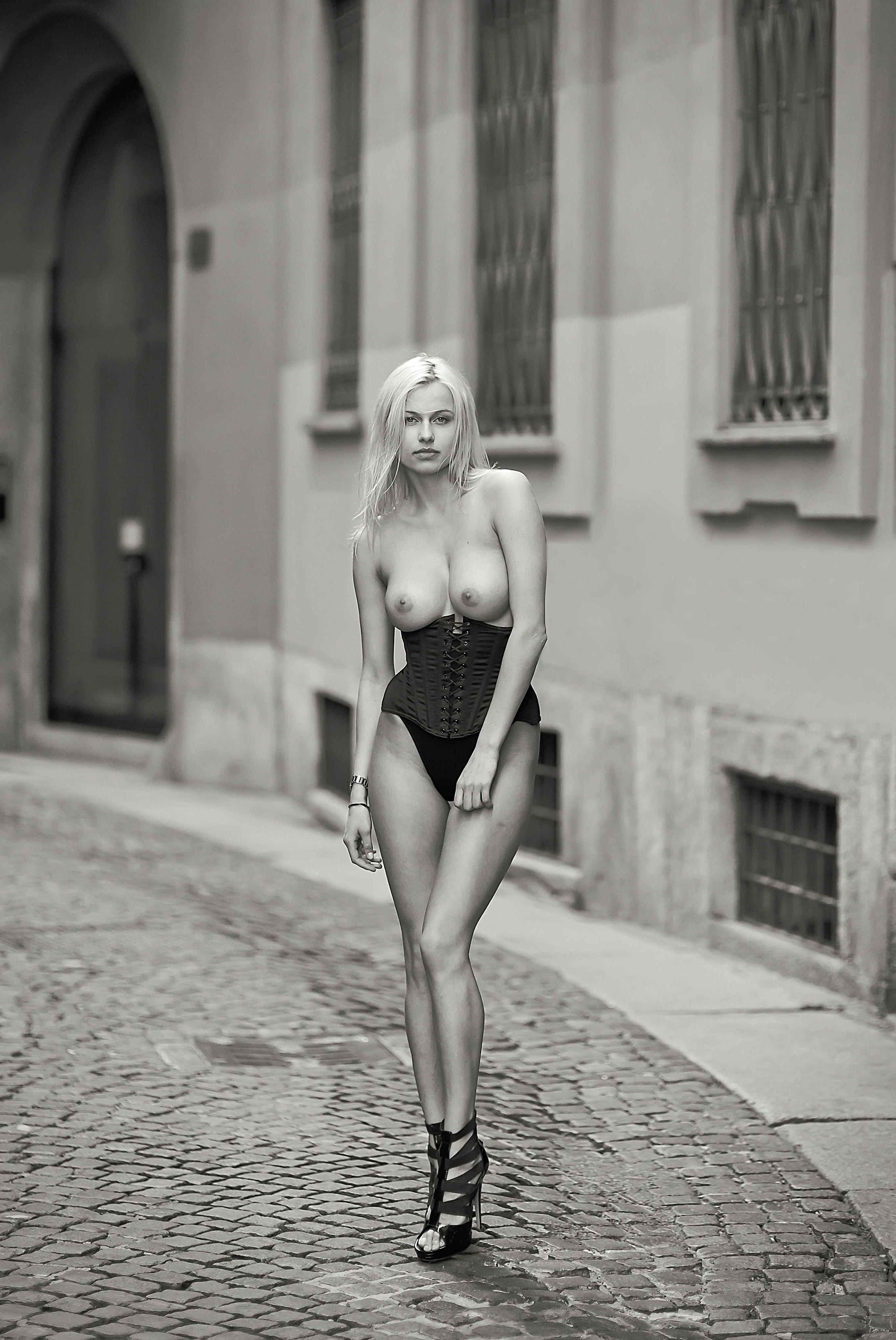 Голая на городской улице - Ольга де Мар / Olga de Mar nude by Jay Marroquin