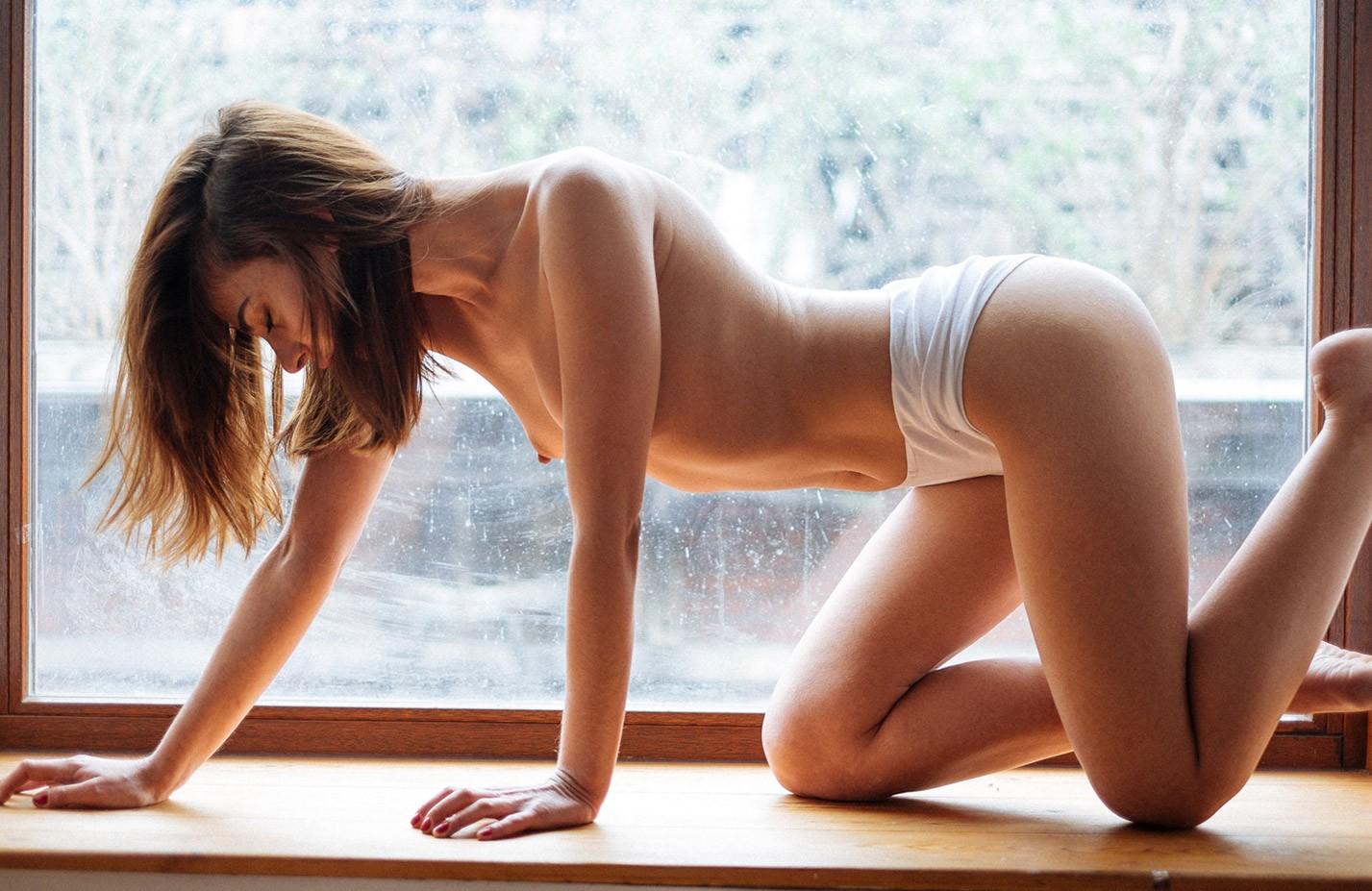обнаженная Селин Джермэйн у окна / Celine Germain nude by Julien LRVR - Yume Magazine