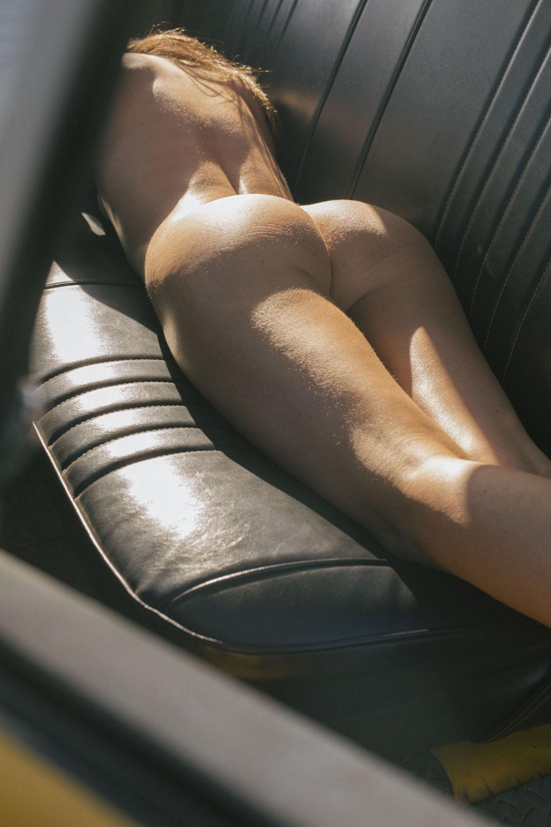 голая девушка в желтом грузовике на пустынной дороге / фото 16