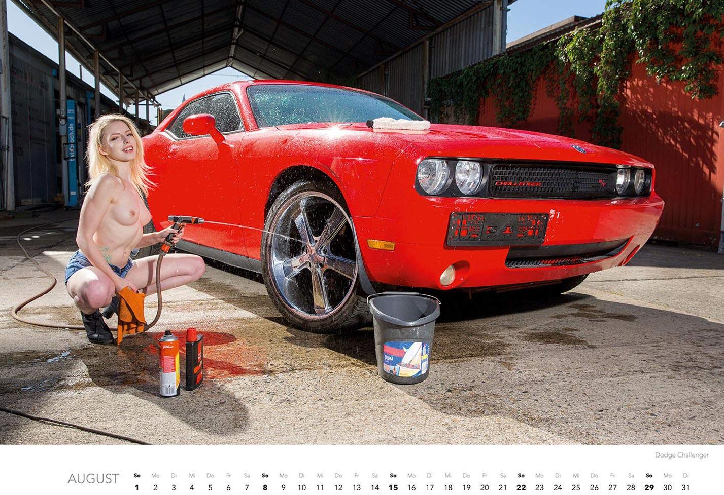 Эротический календарь с сексуальными полуголыми девушками, моющими машины / август