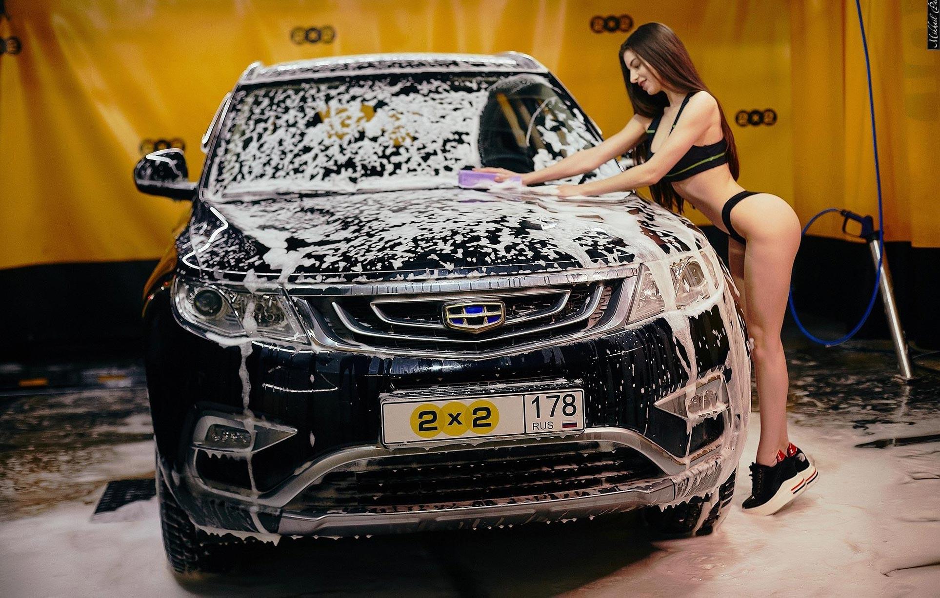 Анна Сазонова в купальнике моет машину / фото 04