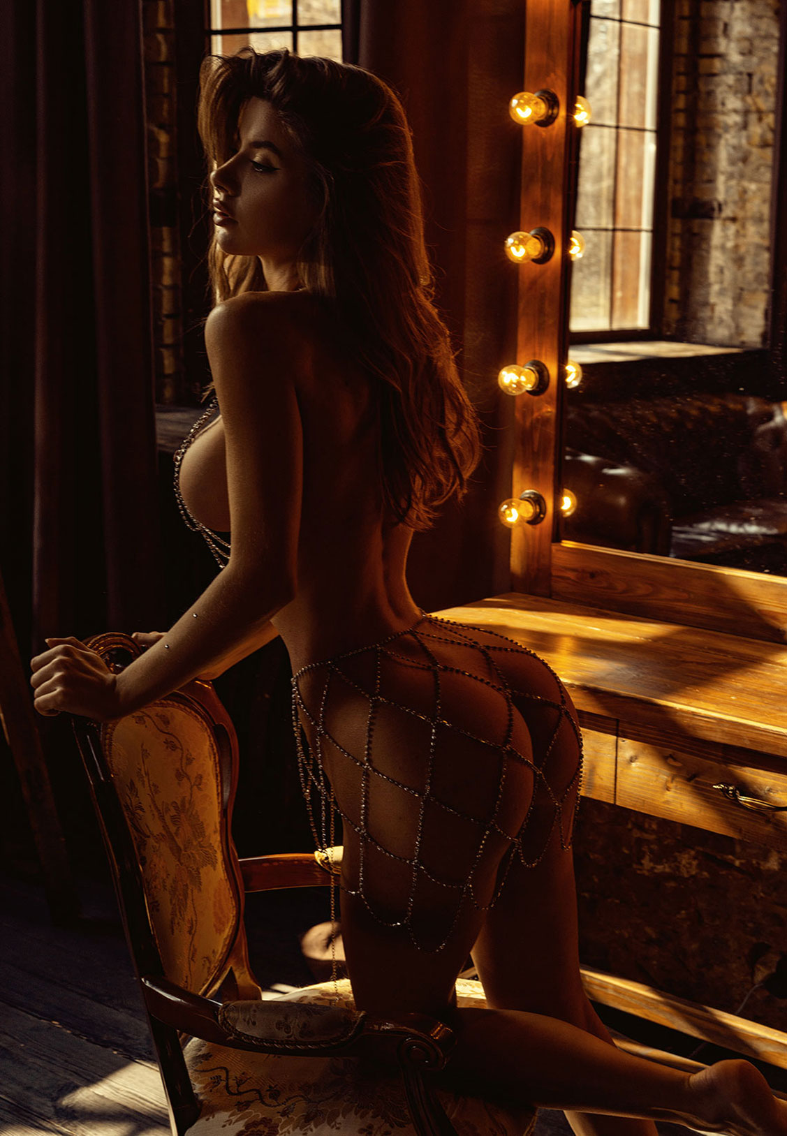 Сексуальная голая девушка в драгоценных цепях / фото 01