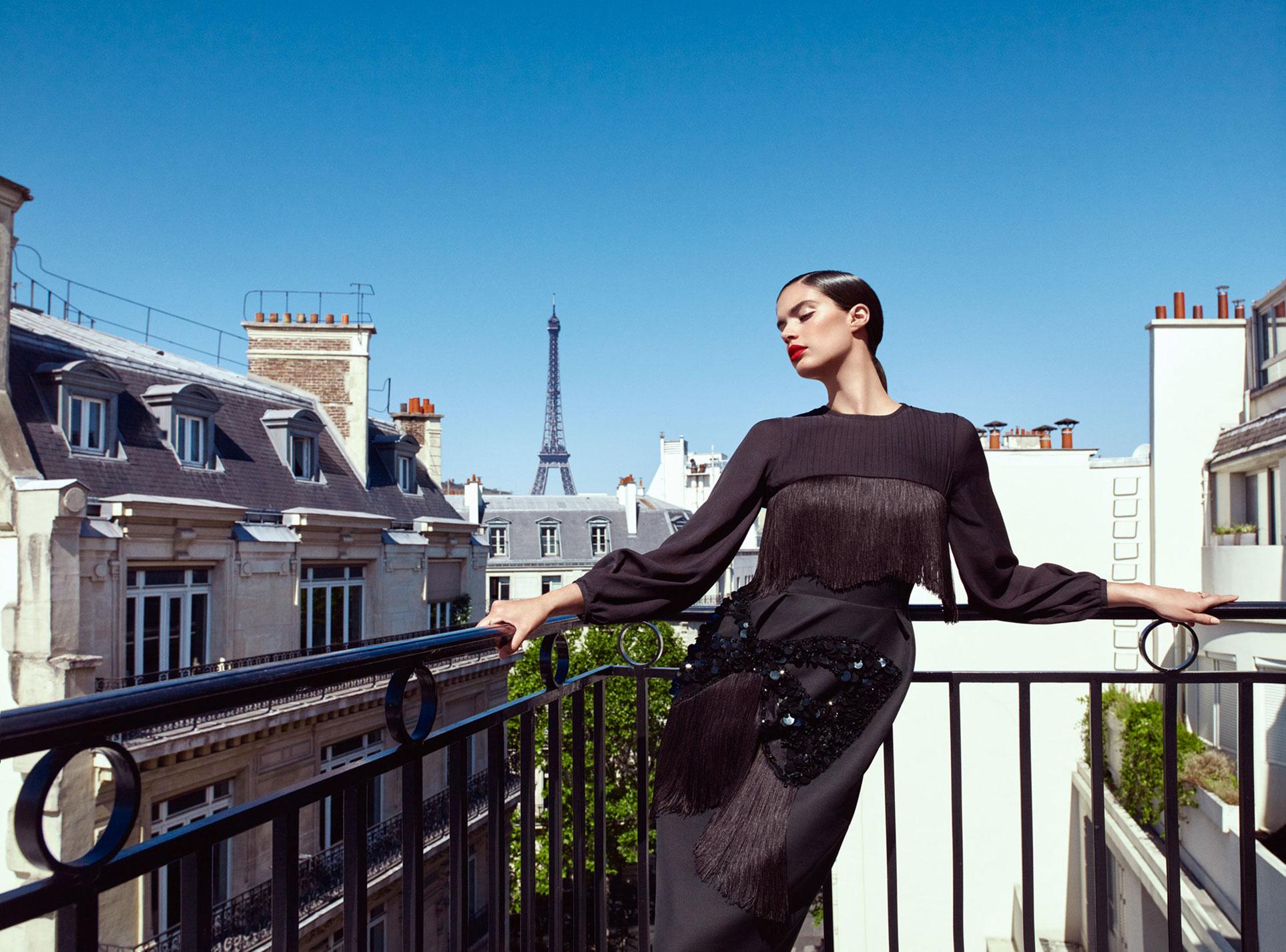 Сара Сампайо демонстрирует модные наряды на улицах и балконах Парижа / фото 09