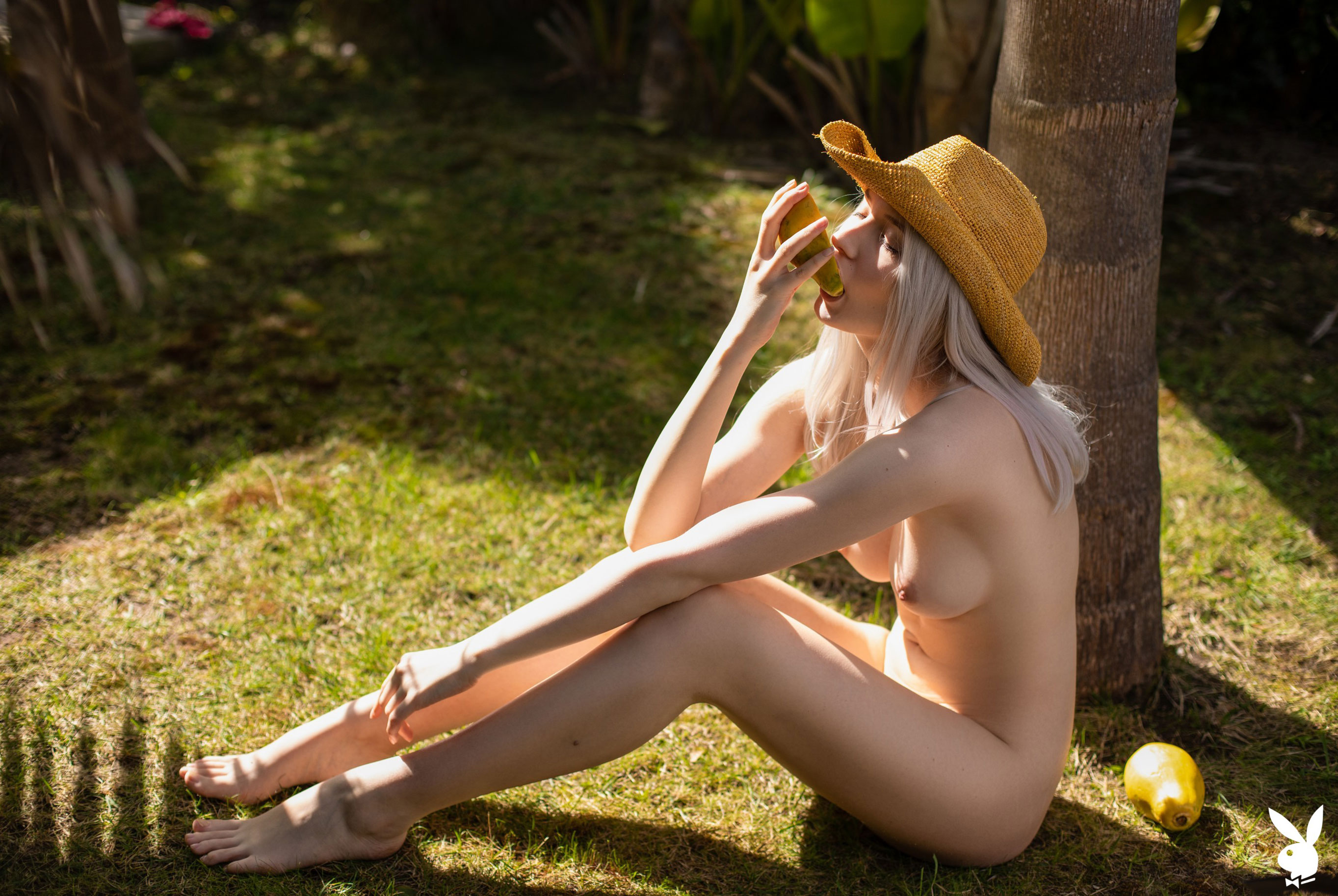 Сексуальная и голая Моника Васп в окружении тропических растений / фото 20