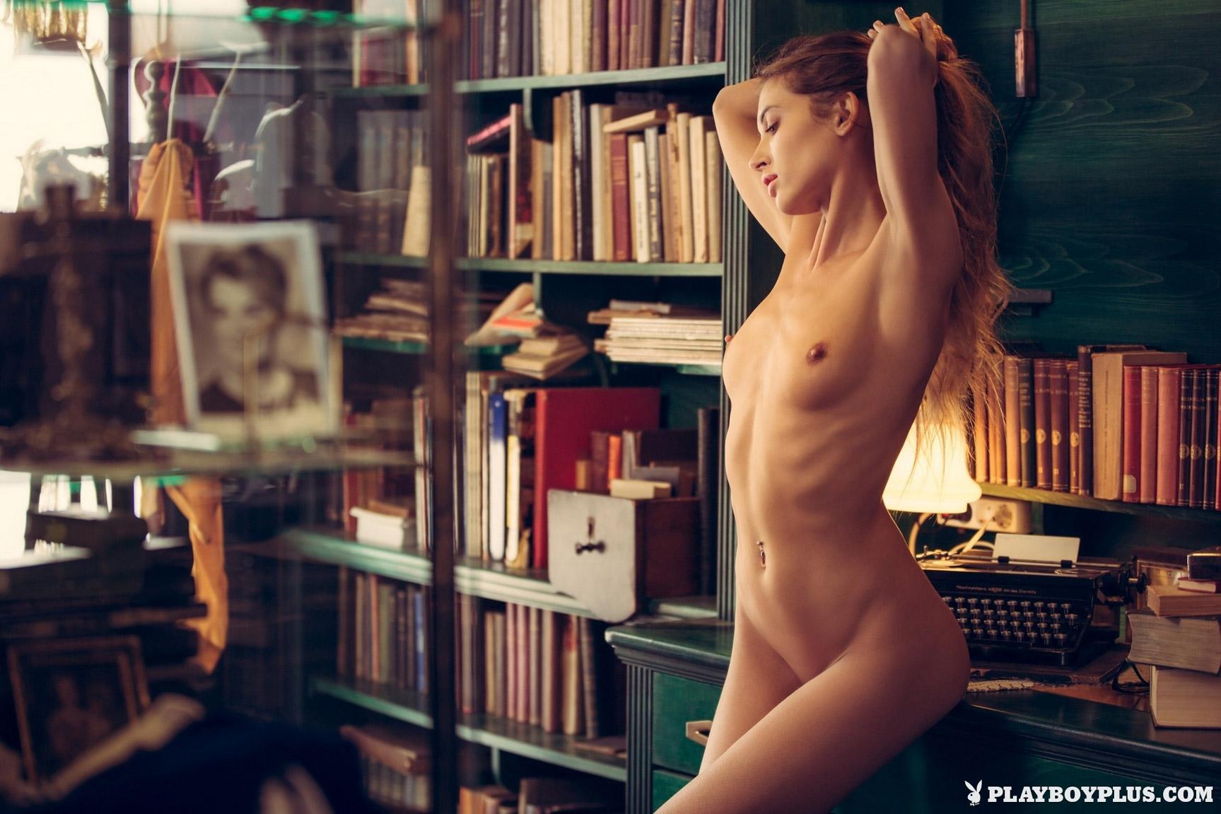 Обнаженная Тая Вайс у книжных полок / Taya Vais by David Merenyi / Body of Research