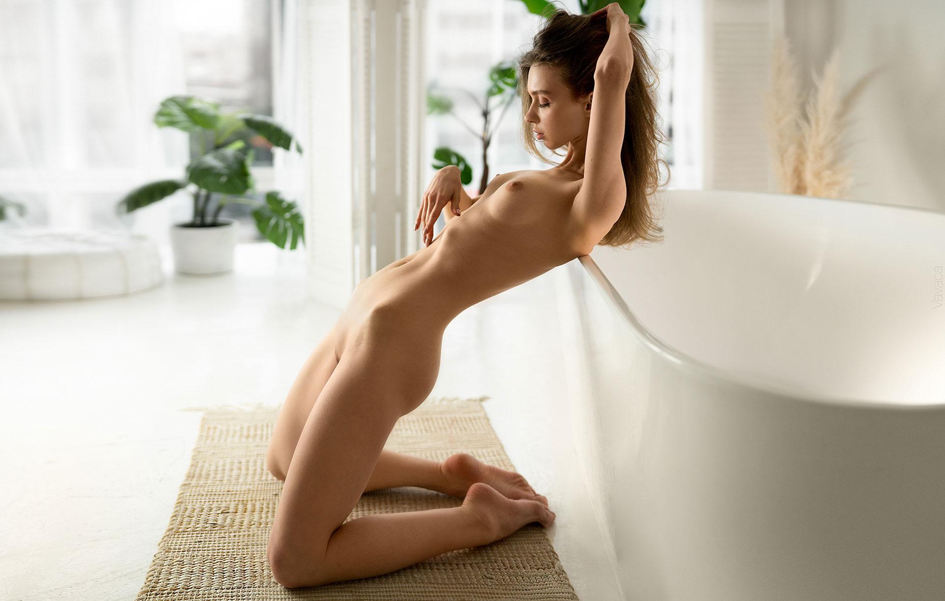 голая Анна Царалунга не решается погрузиться в красивую белую ванну / фото 08