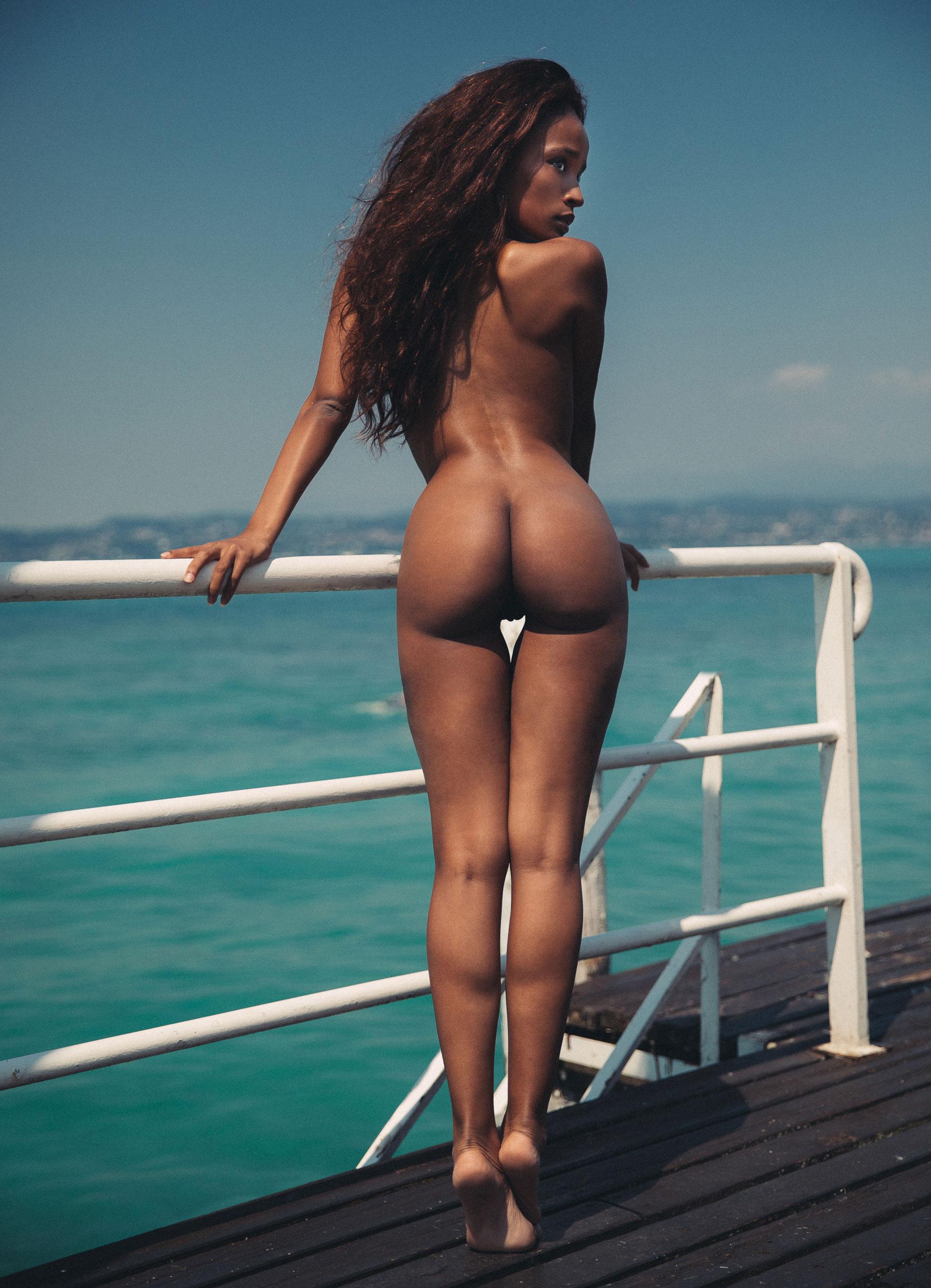 Сексуальная голая девушка загорает под итальянским солнцем / фото 07