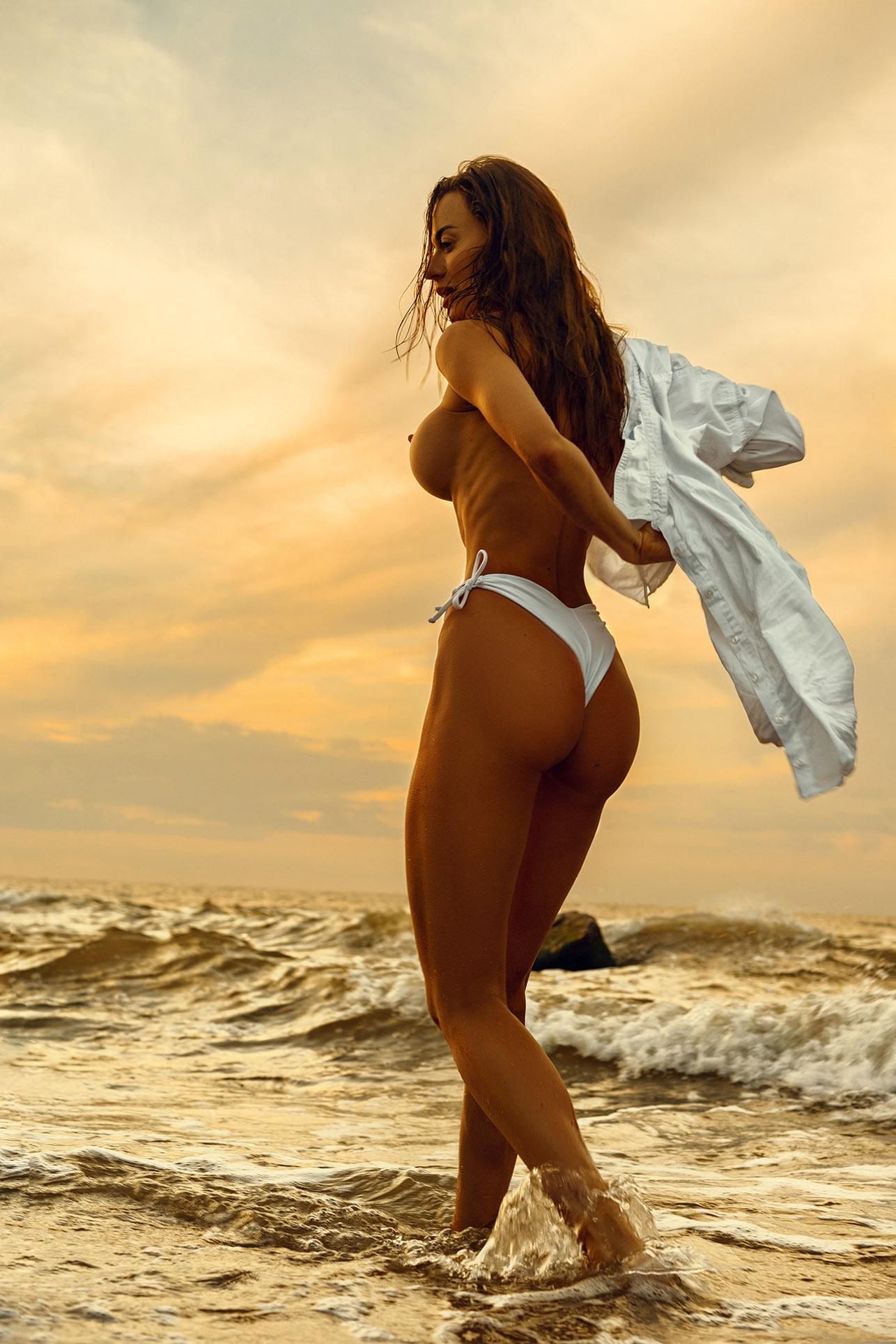 Утро на пляже с сексуальной полуголой красавицей / фото 05