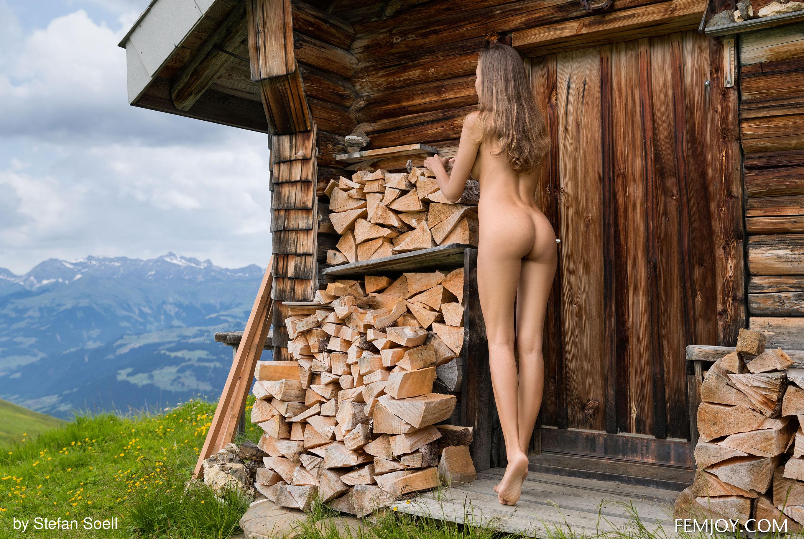 Сексуальная Катя - голая и одинокая в избушке на склоне Альпийских гор / фото 16